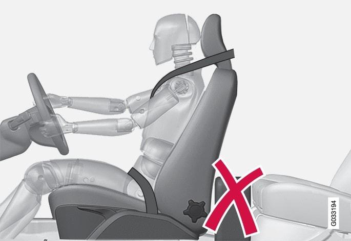 No coloque en el suelo detrás del asiento del conductor o del acompañante objetos que puedan impedir el debido funcionamiento del sistema WHIPS.