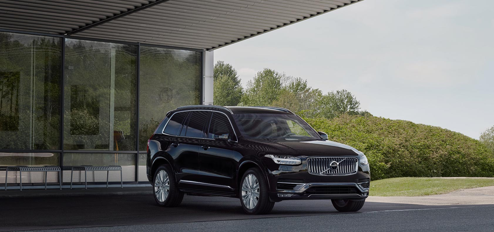 Ein schwarzer Volvo XC90 unter einem Carport