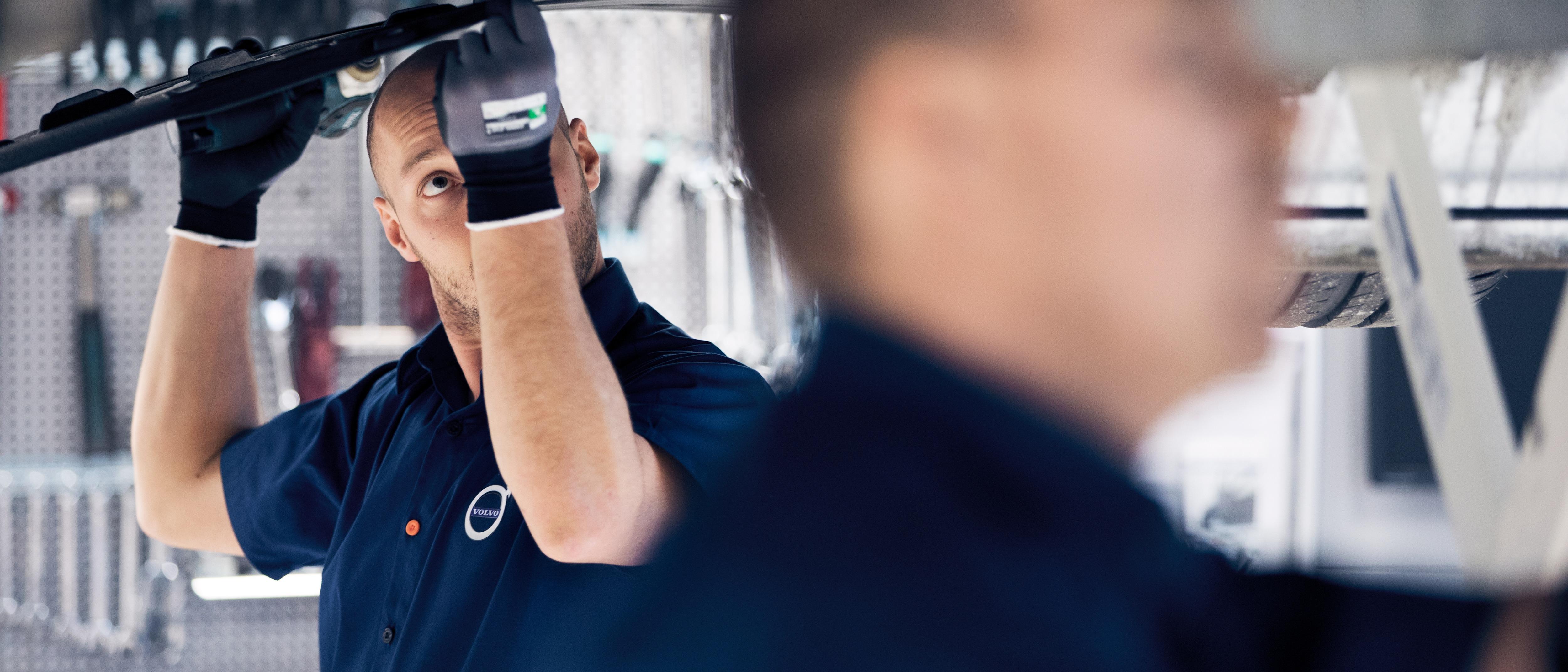 Dolgozó szerelők a Volvo márkaszervizében.