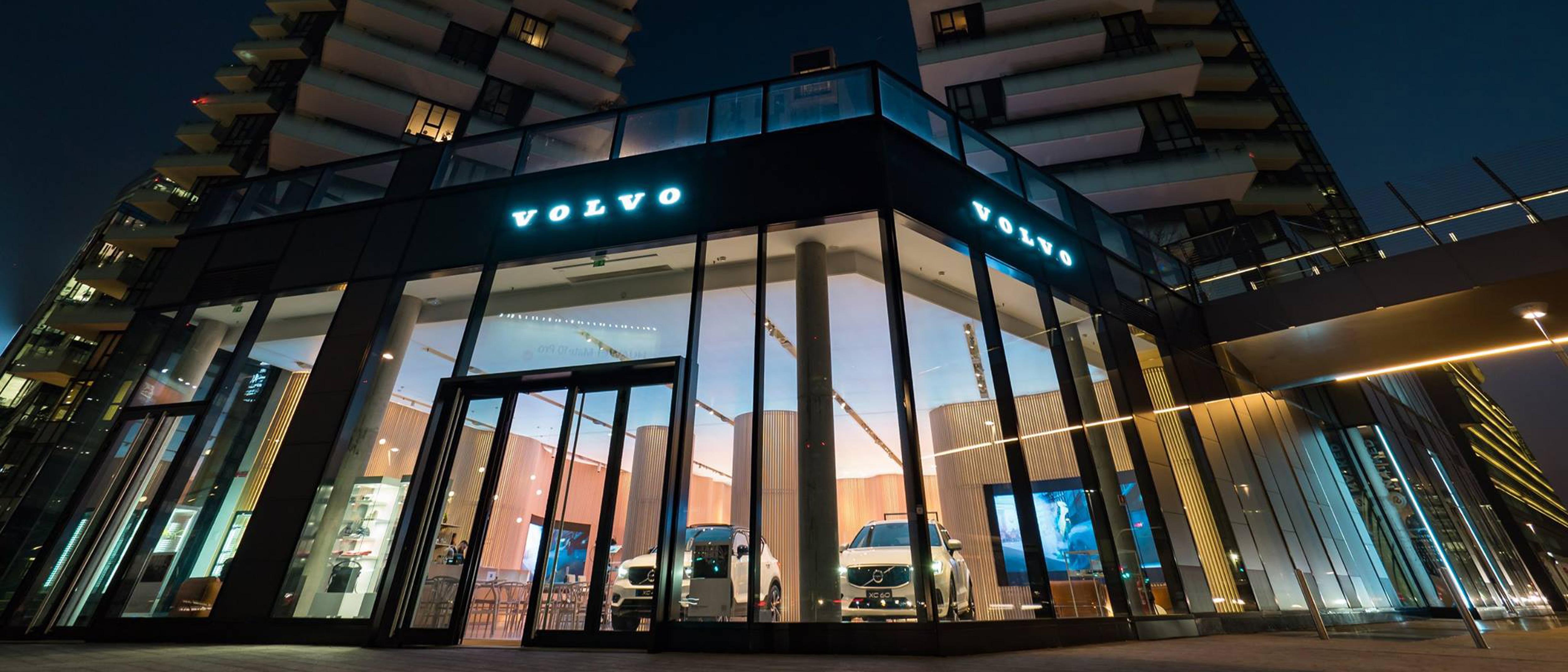vetrina del Volvo Studio Milano con Volvo XC60