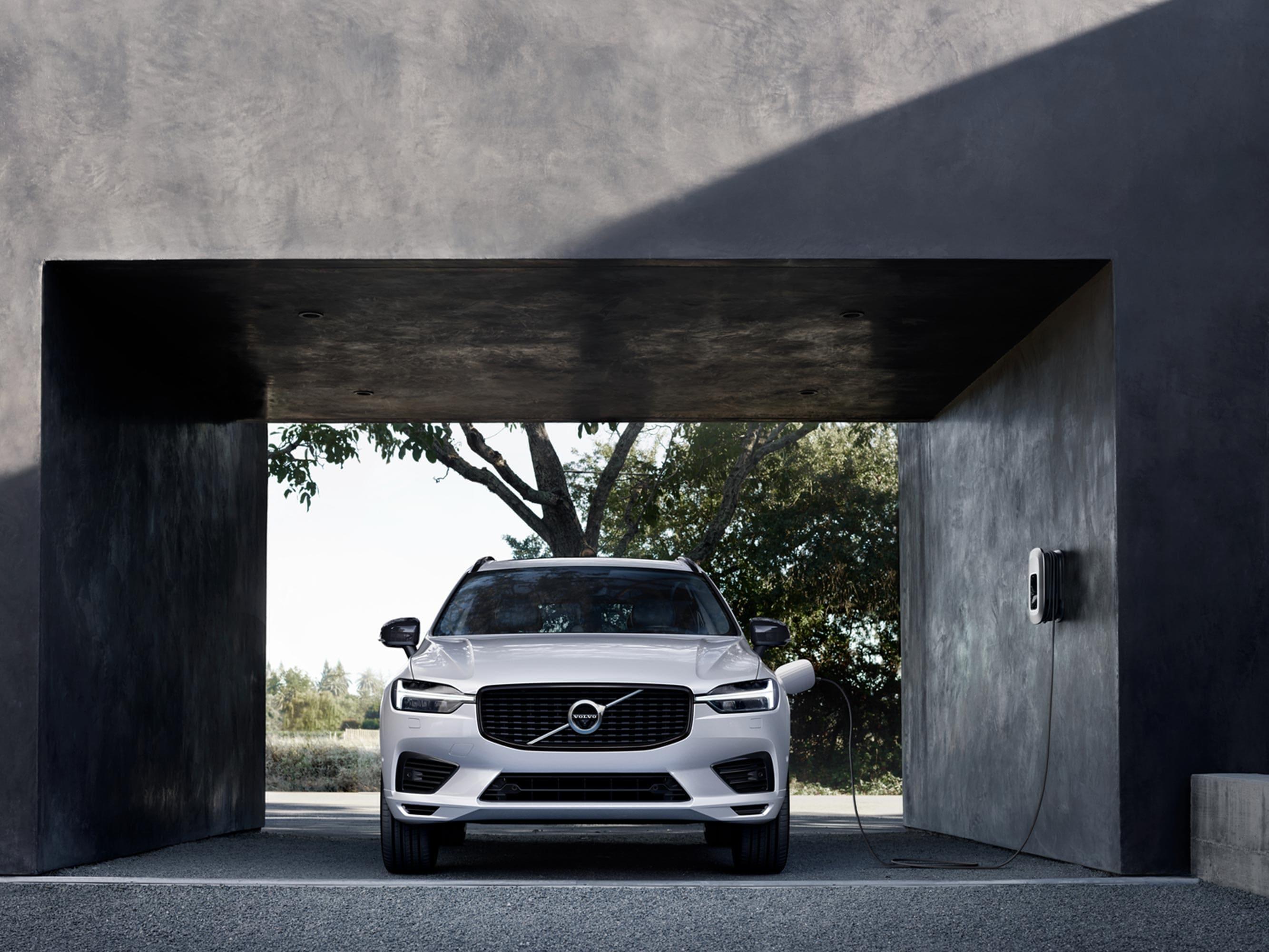 Une Volvo Recharge blanche sous un abri pour voiture