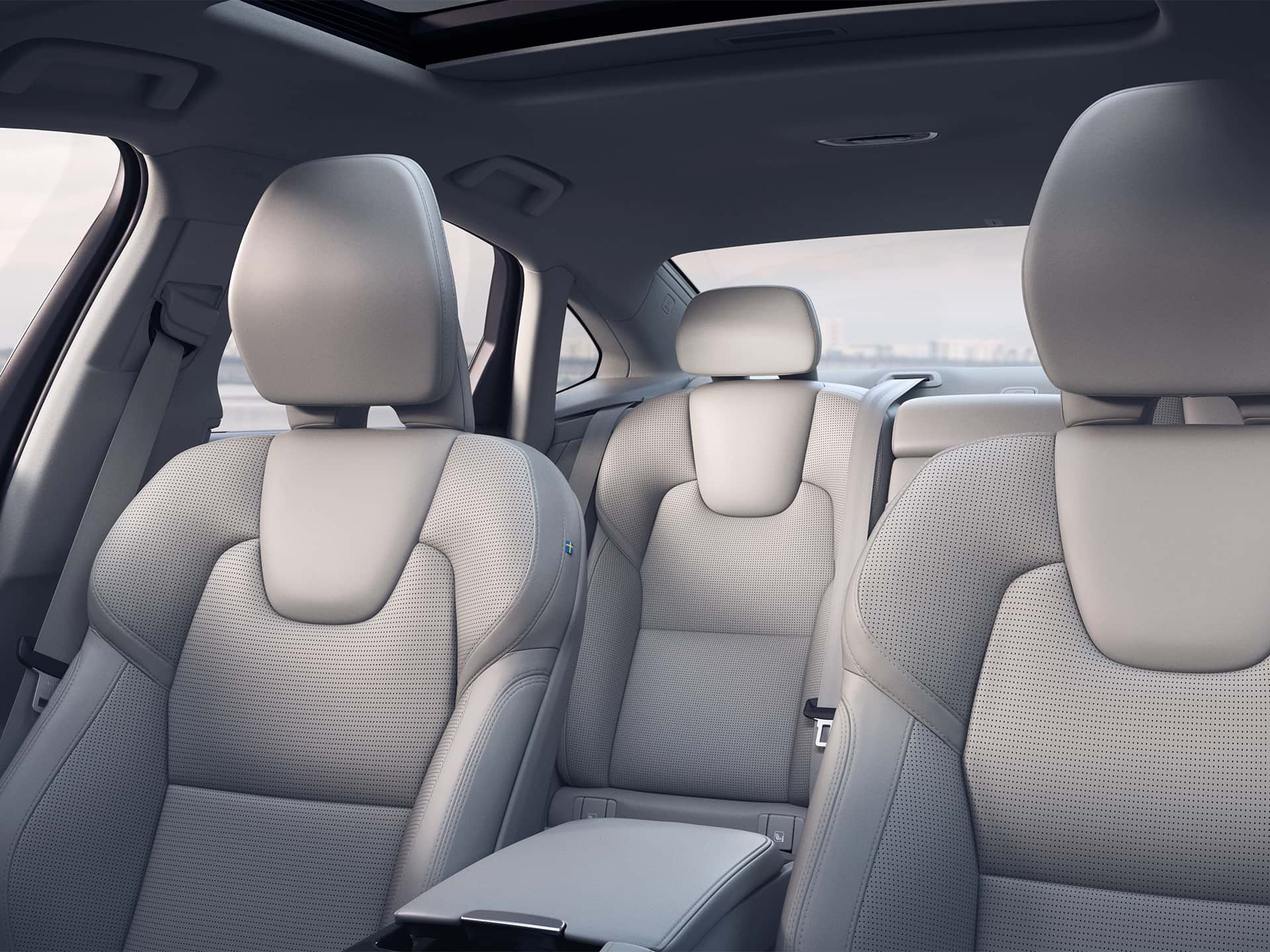 Dentro de un Volvo sedán, con un interior de color beige claro