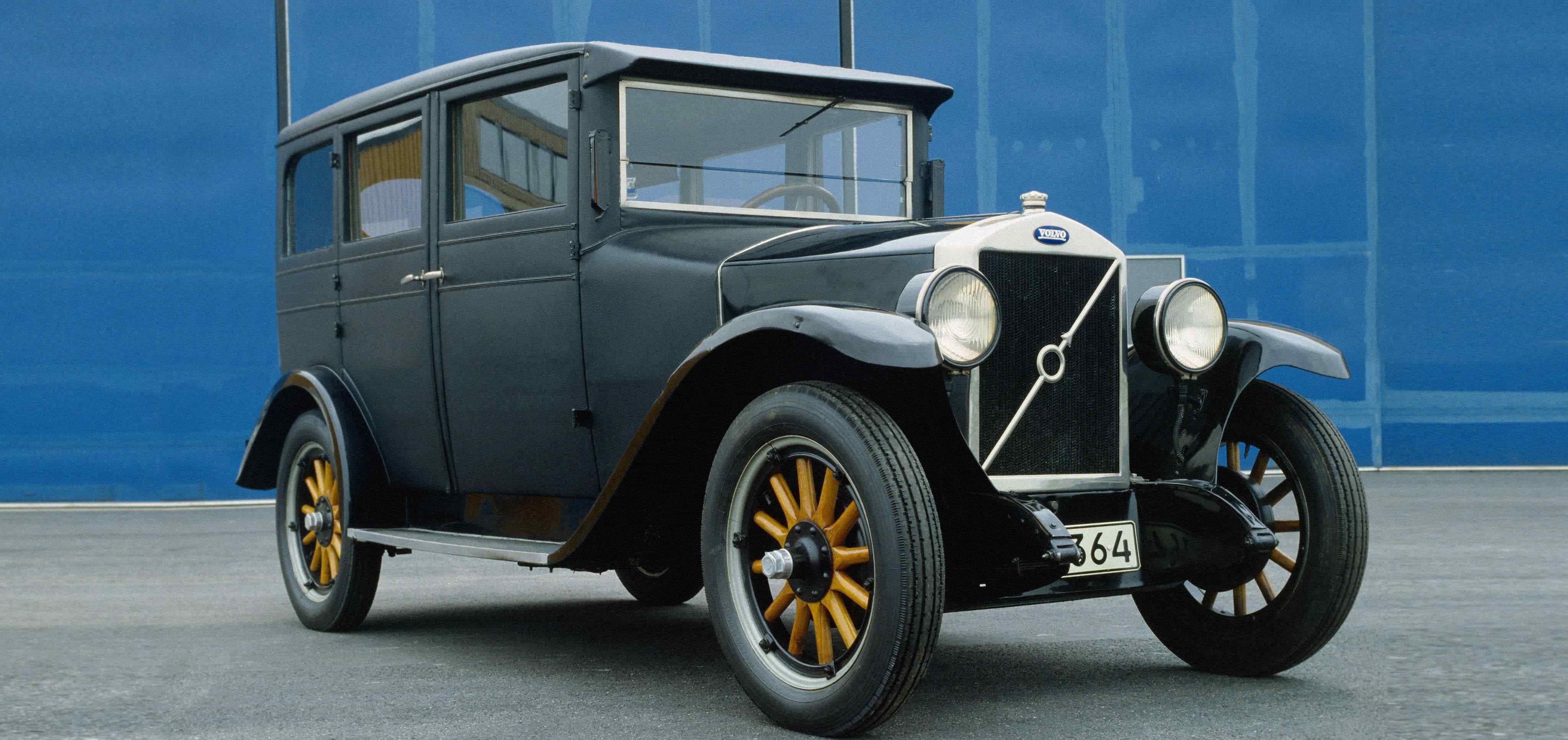 Volvo PV4 color azul visto desde el lateral derecho