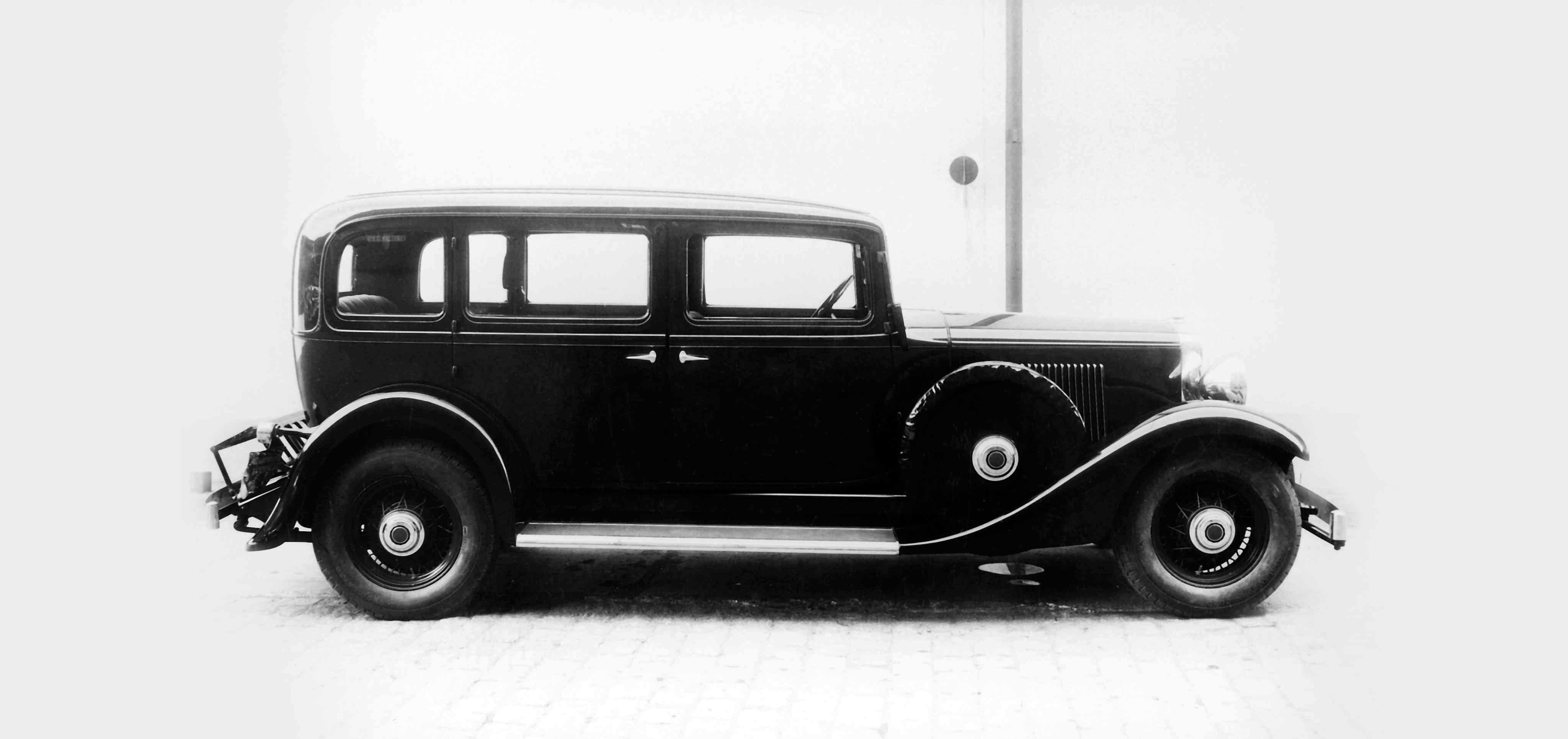Imagen en blanco y negro de un Volvo TR671-9 en una vista lateral