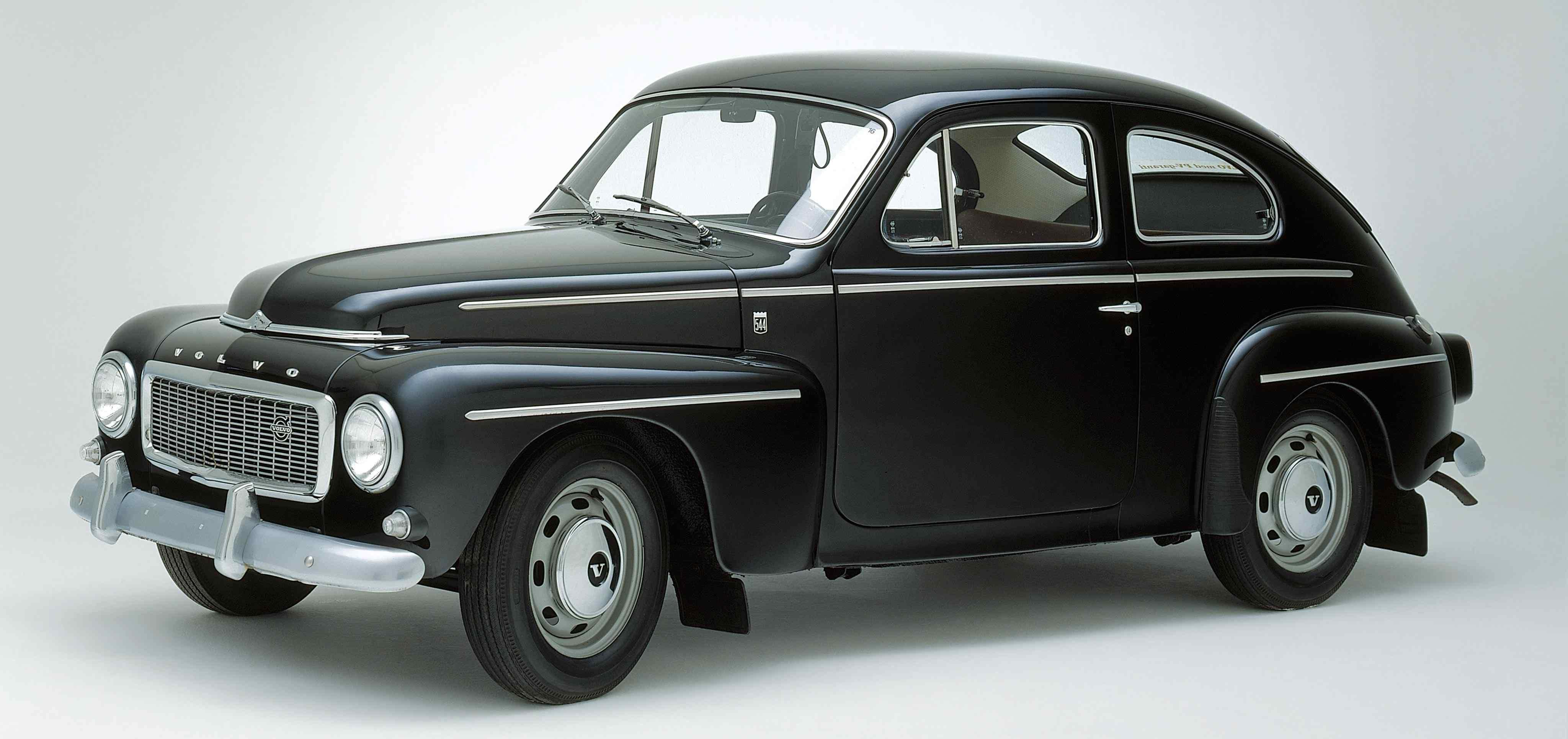 Un Volvo PV544 color negro en un estudio
