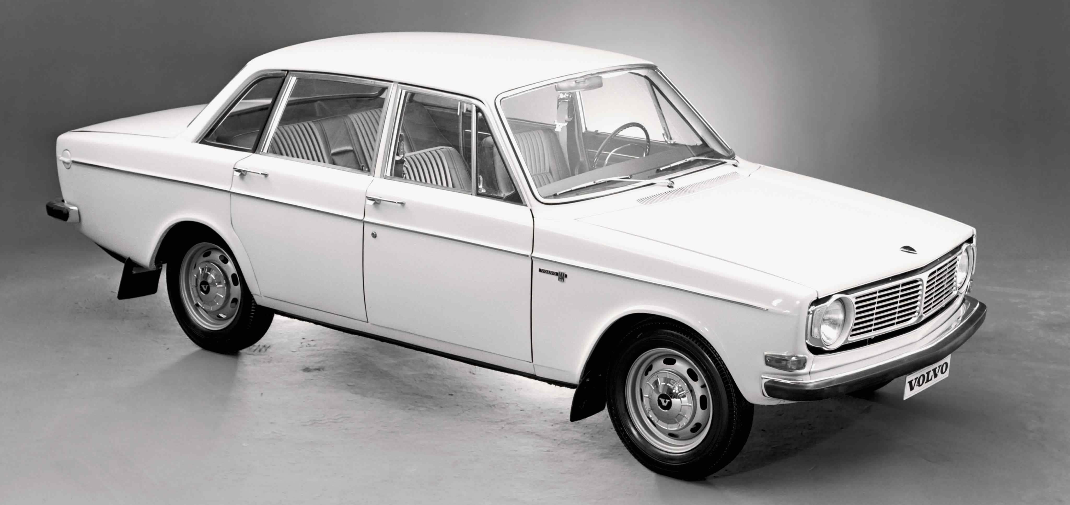 Un Volvo 144 color blanco vista superior frontal derecha