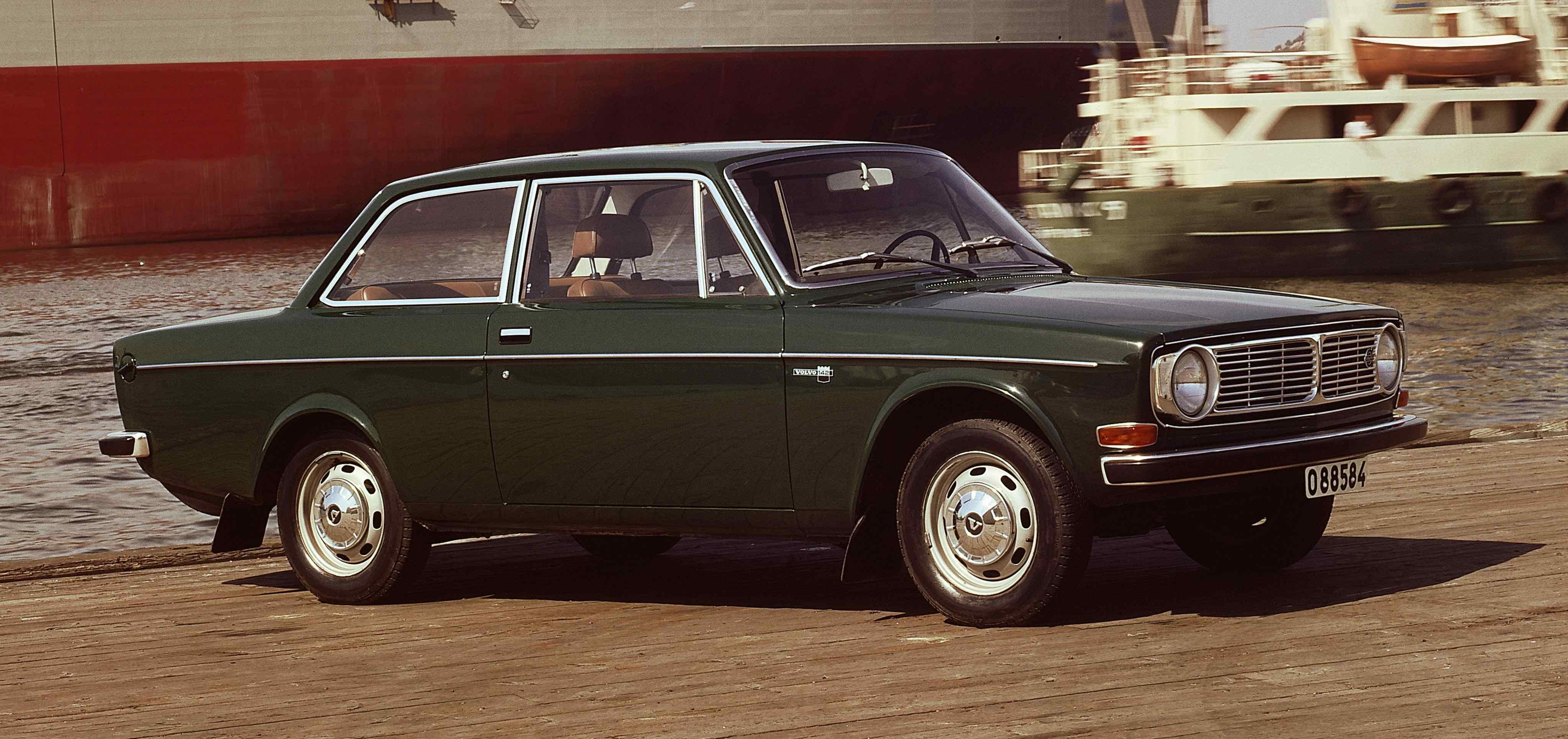 Un Volvo 142 de color verde aparcado en un muelle