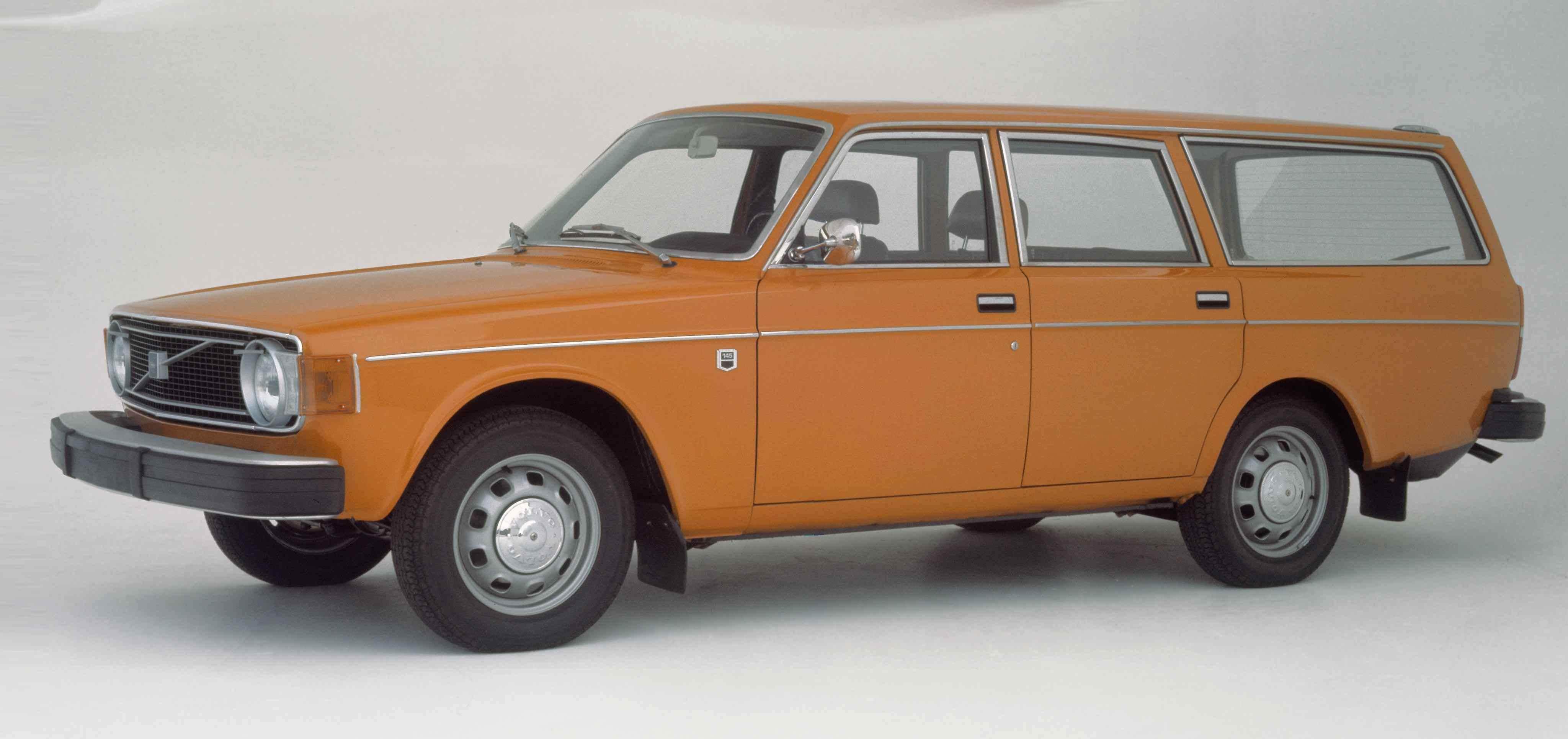 Un Volvo 145 de color naranja en un estudio