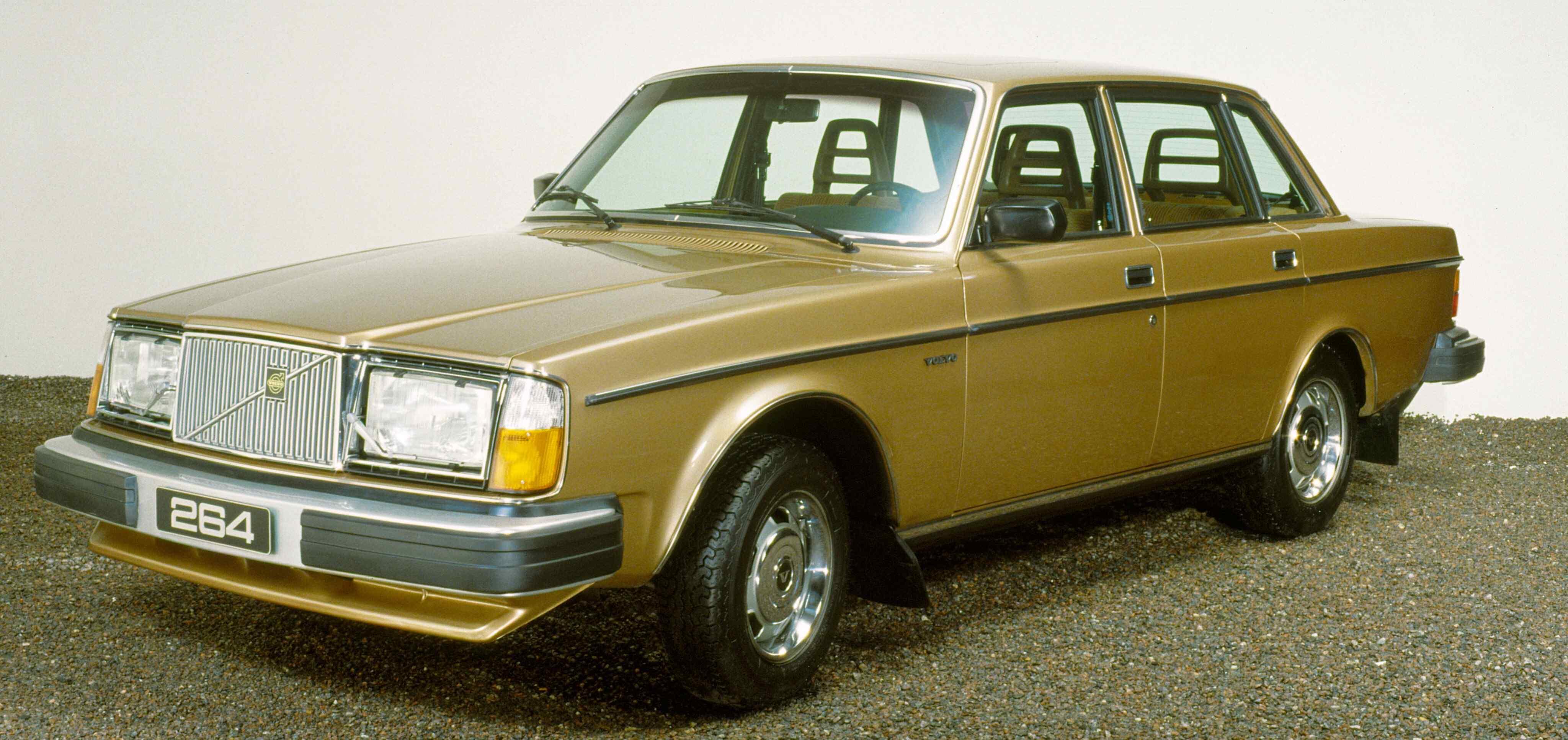Un Volvo 264 aparcado junto a un muro blanco