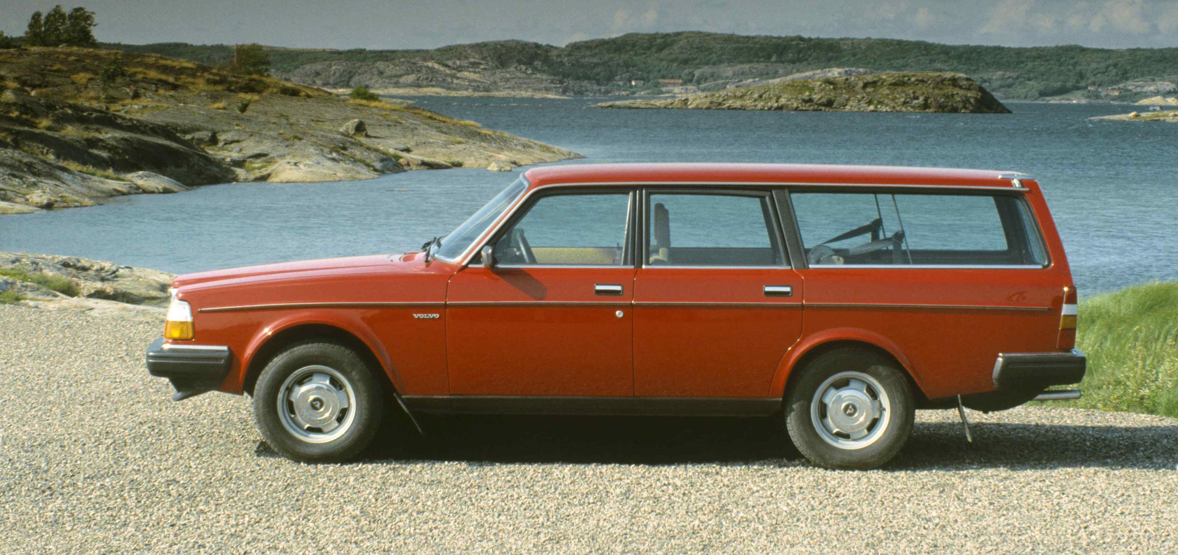 Un Volvo 240 de color rojo aparcado junto al mar