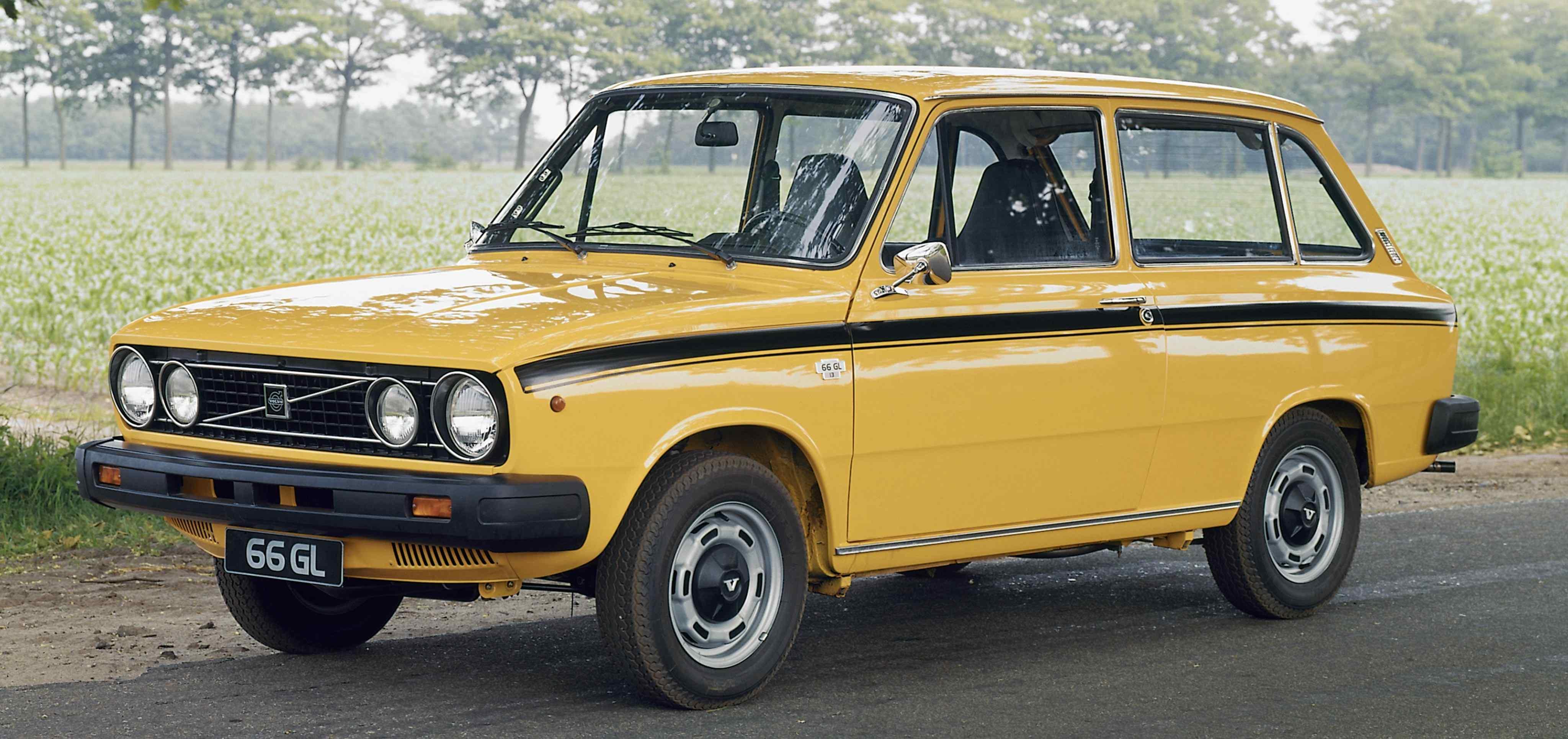 Un Volvo 66 de color amarillo aparcado en un camino rural