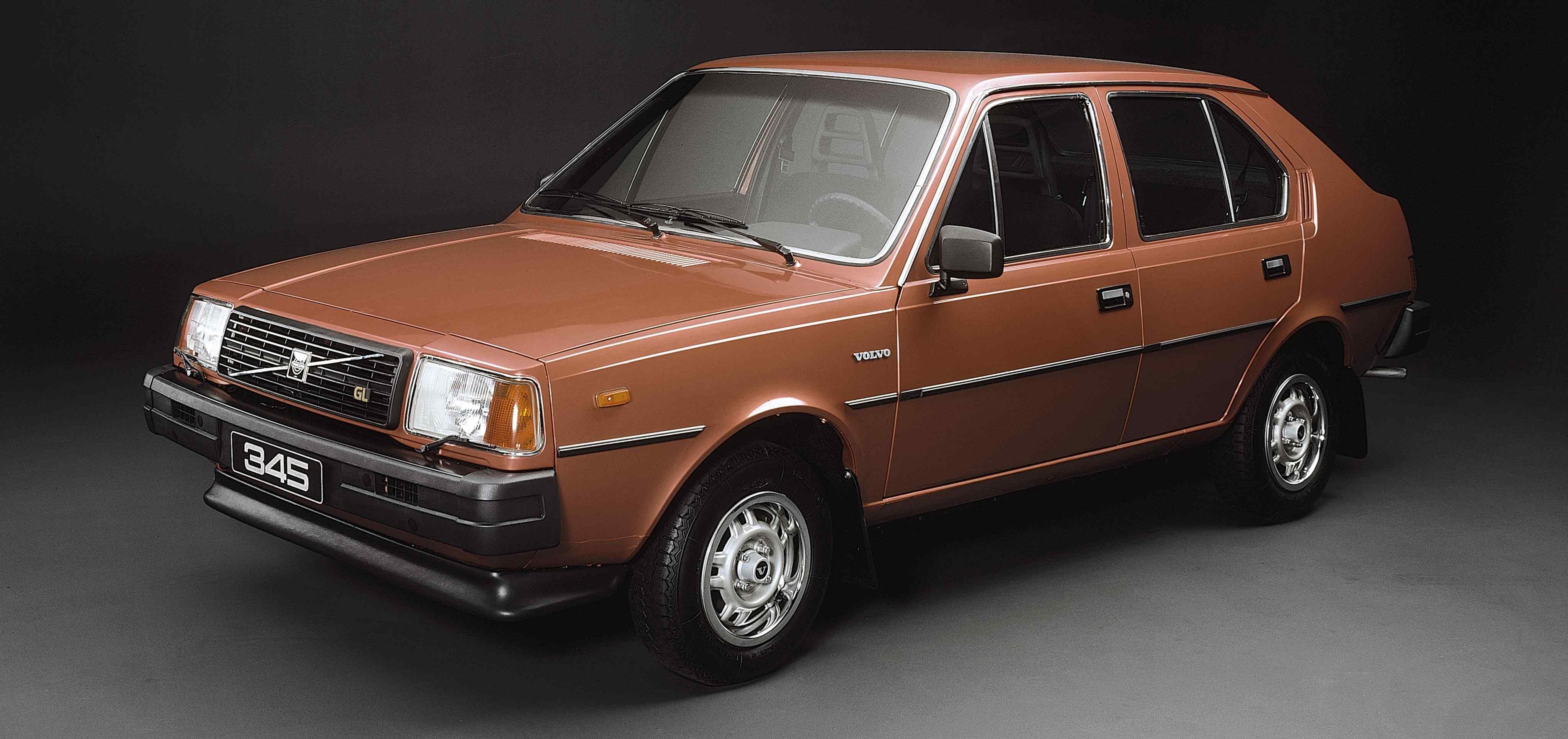 Un Volvo 345 de color marrón rojizo en un estudio con iluminación apagada
