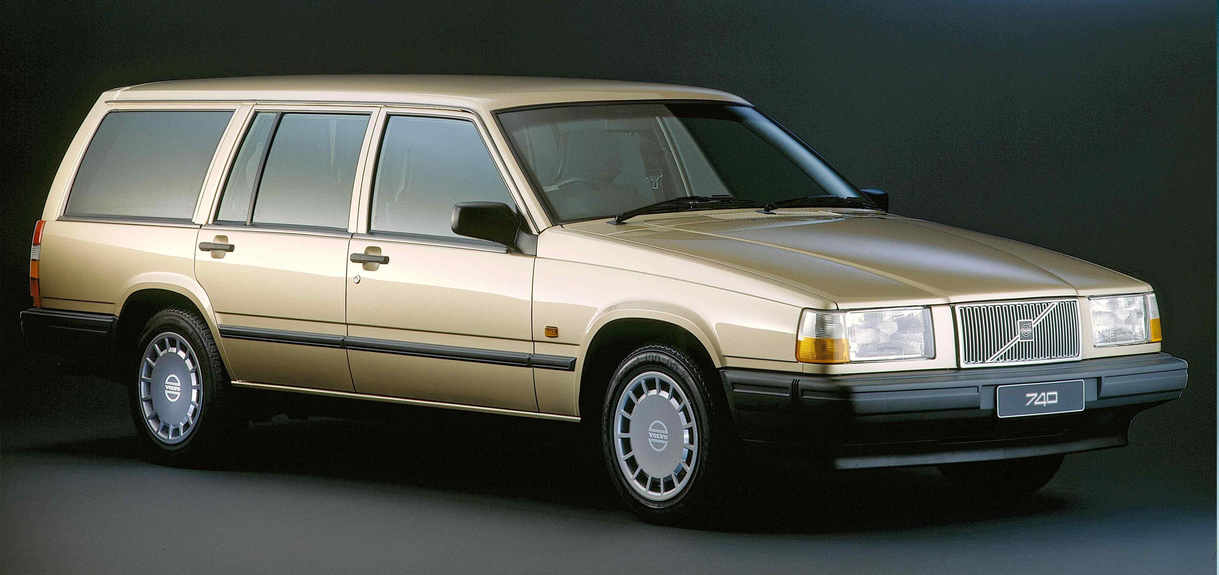 Un Volvo 740 state color dorado en un estudio