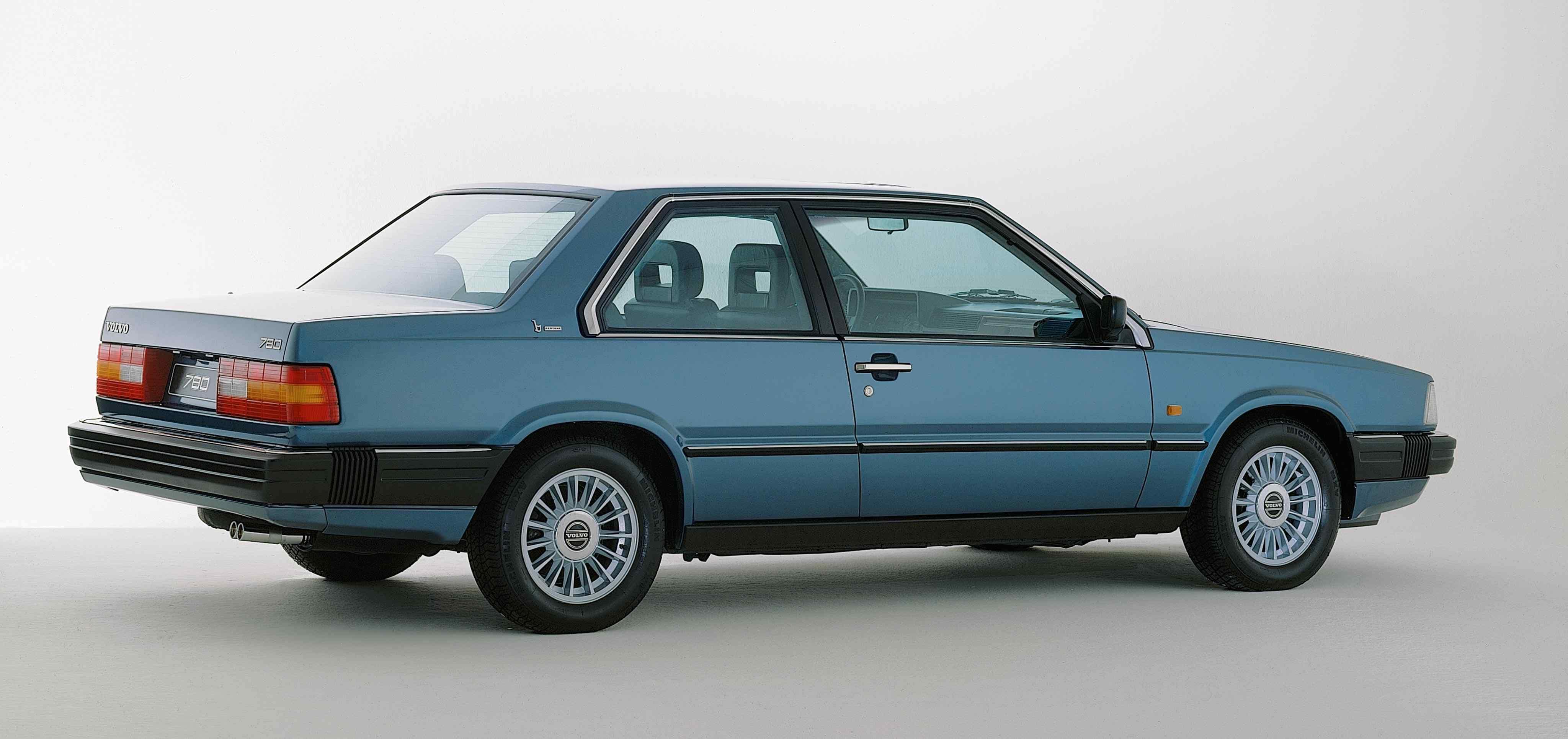 Un Volvo 780 de color azul en un estudio
