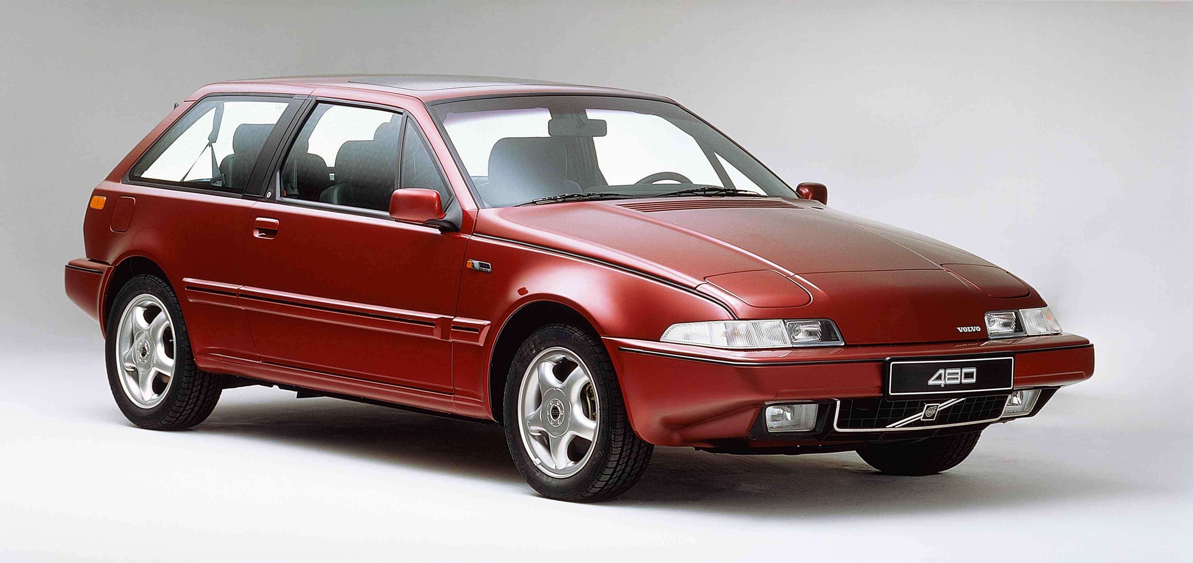 Un Volvo 480 de color rojo en un estudio