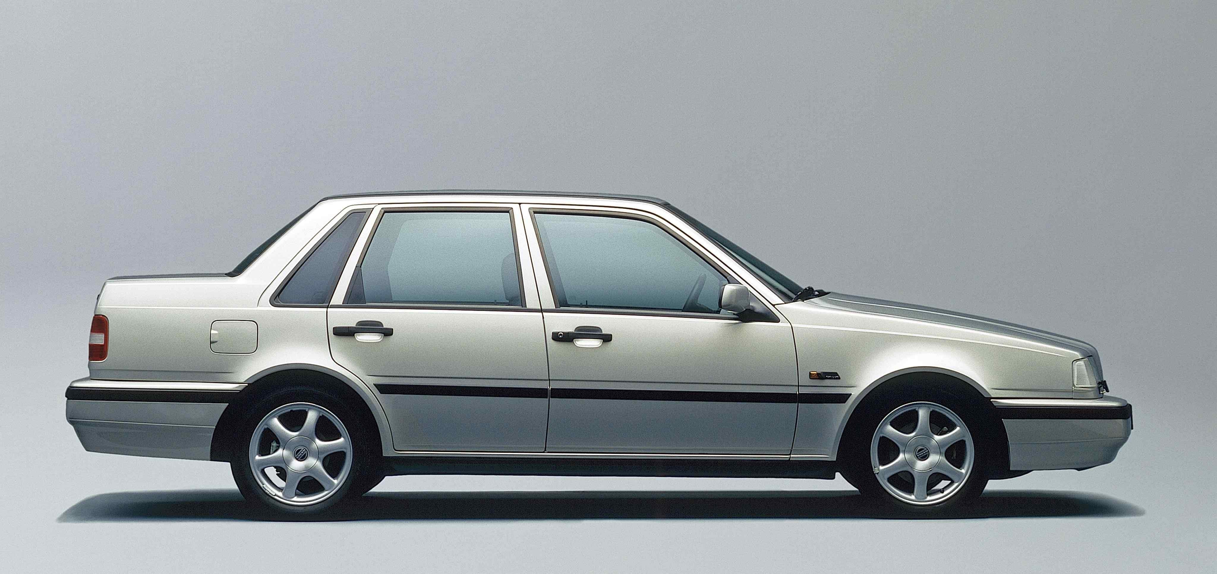 Un Volvo 460 de color verde silver en un estudio