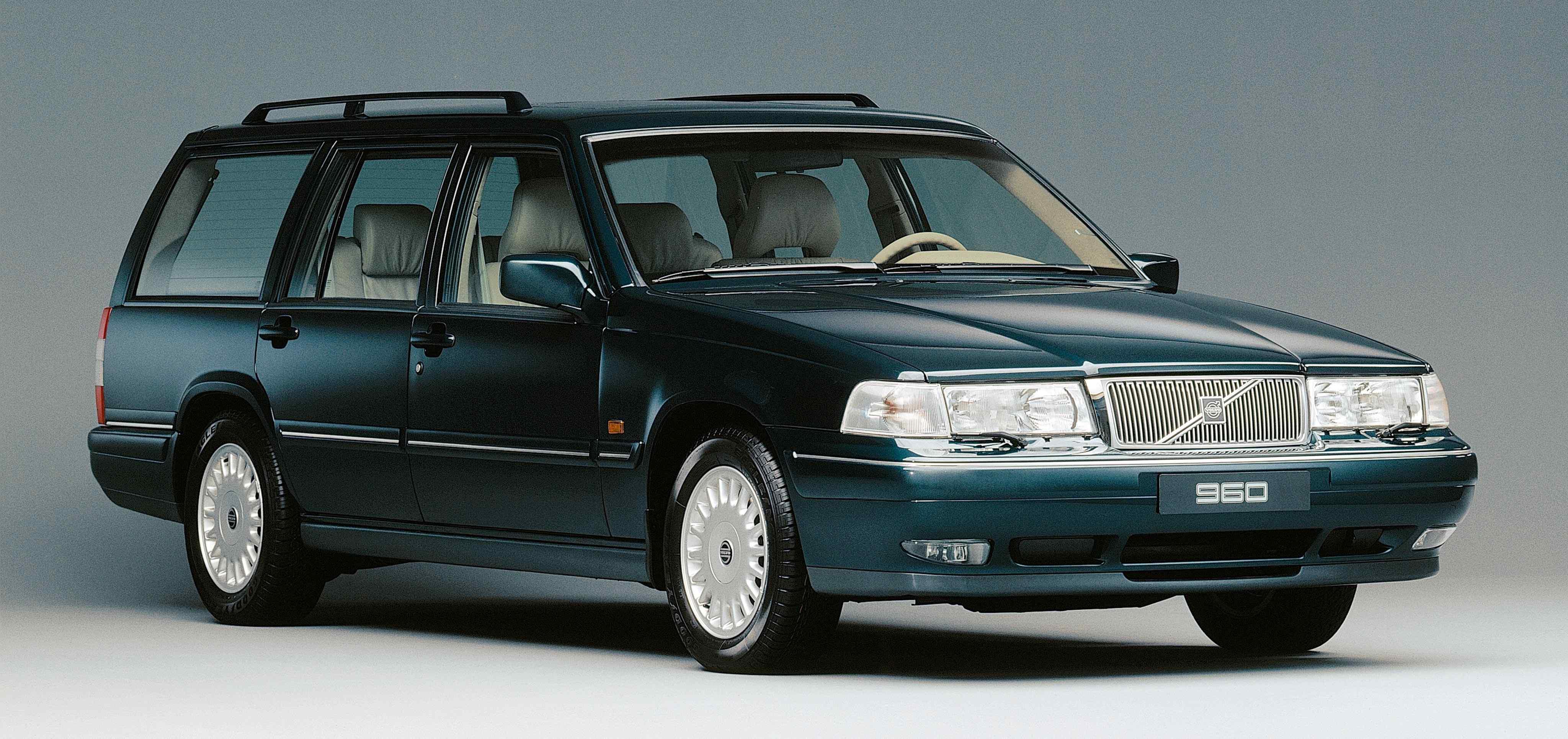 Un Volvo 960 estate de color verde oscuro en un estudio