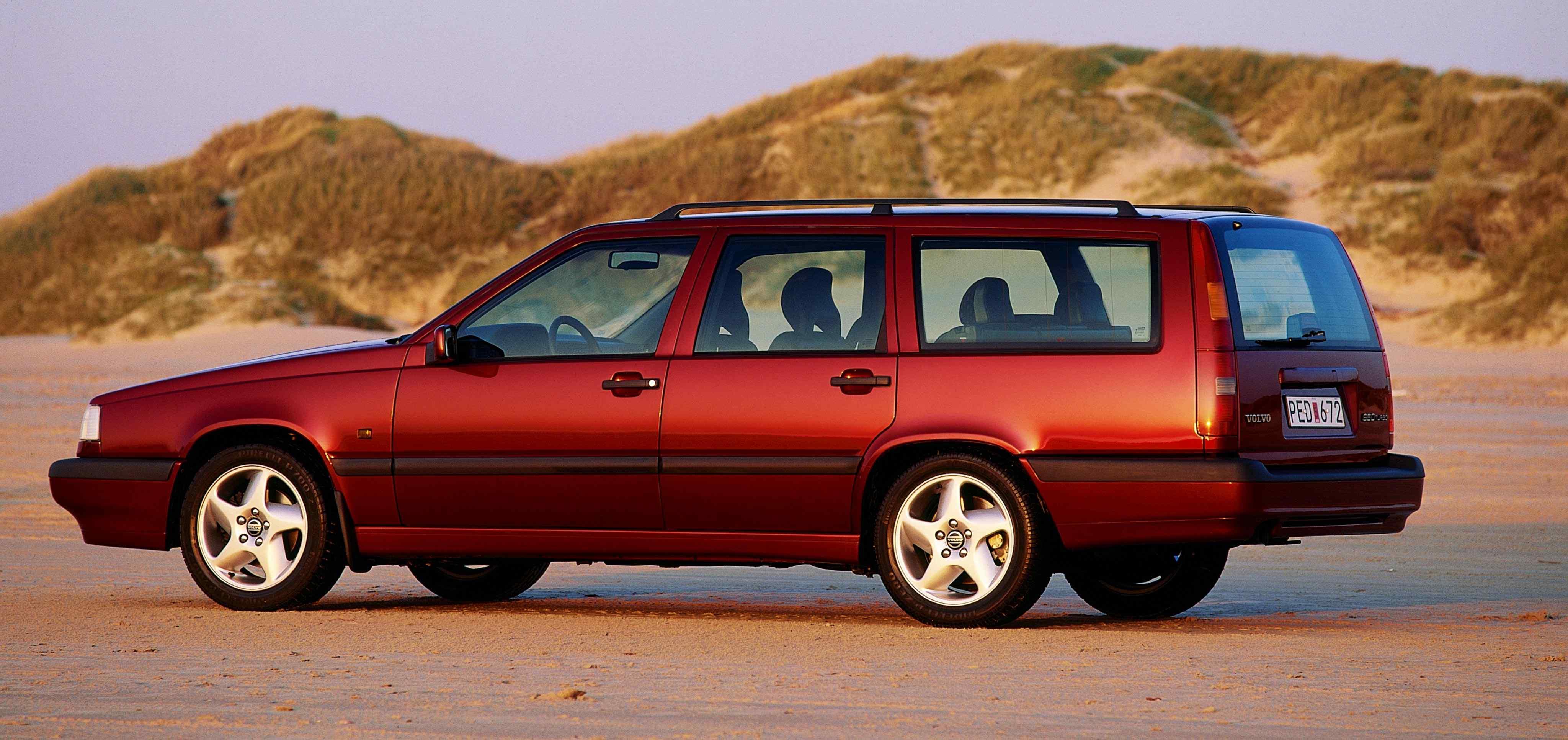 Un Volvo 850 estate de color rojo burgundy en una playa