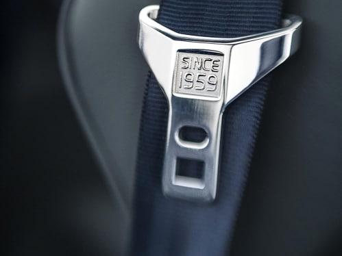 Une ceinture de sécurité grise avec le texte «Depuis 1959» gravée sur la boucle.