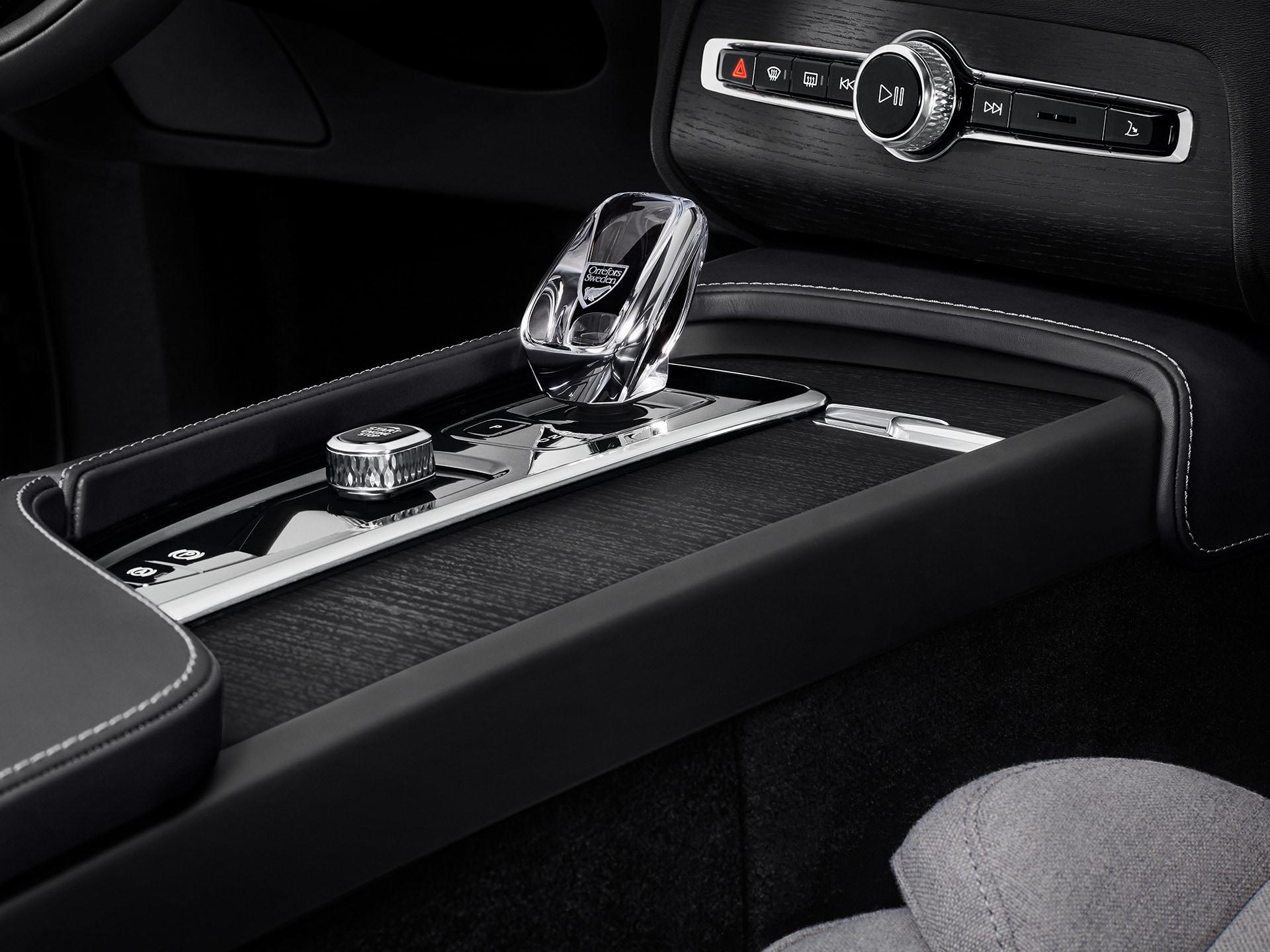 داخل سيارة فولفو الرياضية متعددة الاستخدامات، مقبض ناقل حركة بلوري