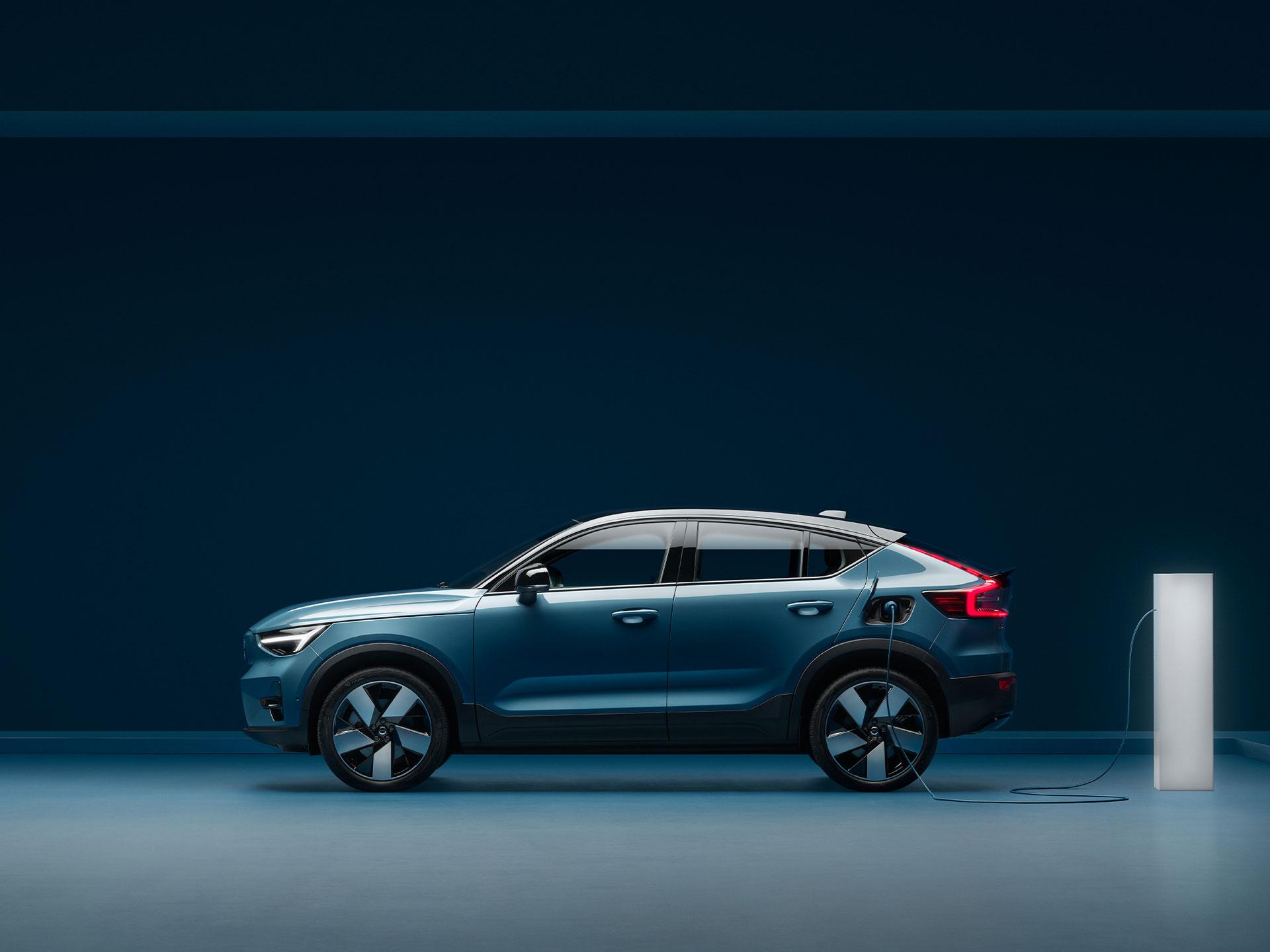 Boční profil modrého vozu Volvo C40 Recharge
