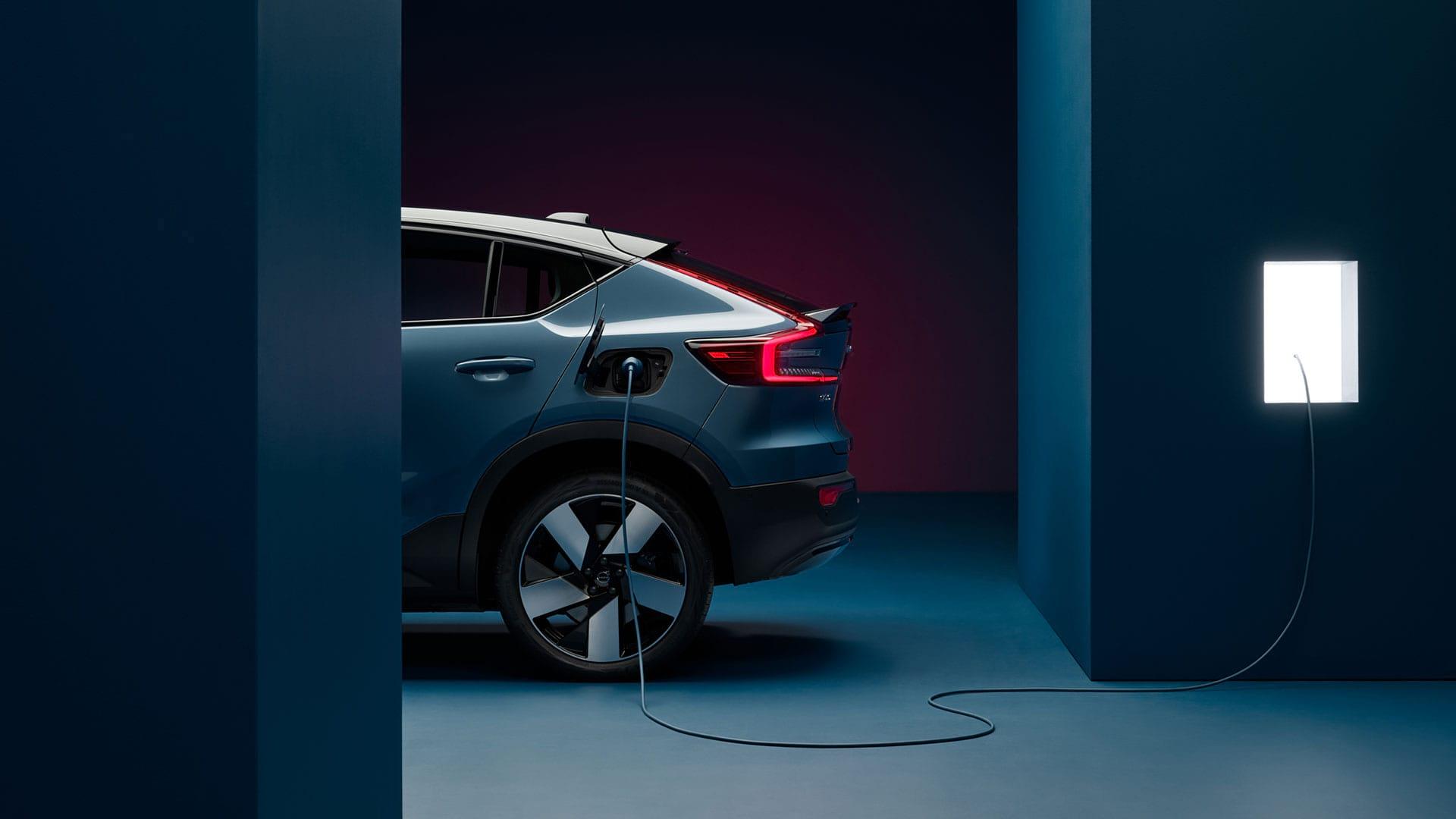 Син, целосно електричен Volvo C40.