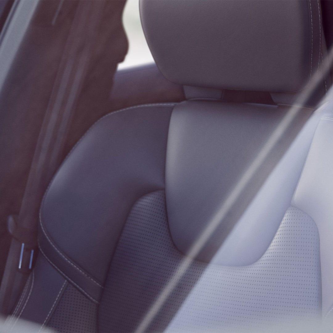 صورة مقربة للمقعد الأمامي في فولفو XC60.