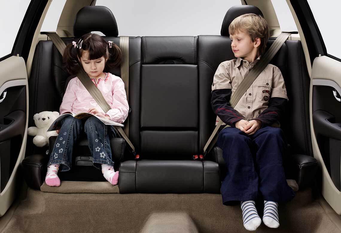 Das erste integrierte Kindersitzkissen von Volvo Cars im Jahr 1990.