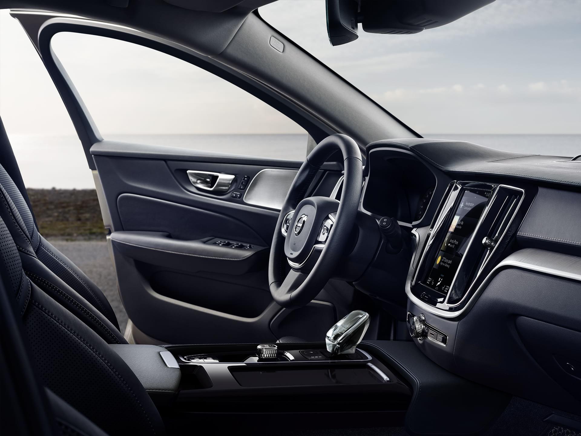 Vorderer Innenraum eines Volvo V60, die Fahrertür ist geöffnet.