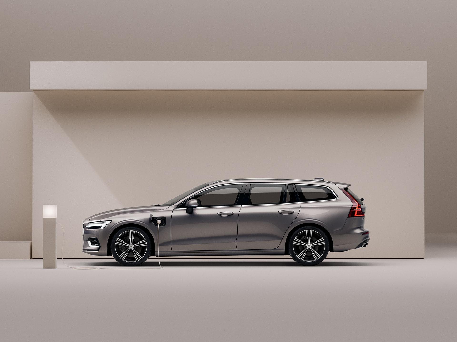 Ein beigefarbener Volvo V60 Recharge in einer beigefarbenen Umgebung.