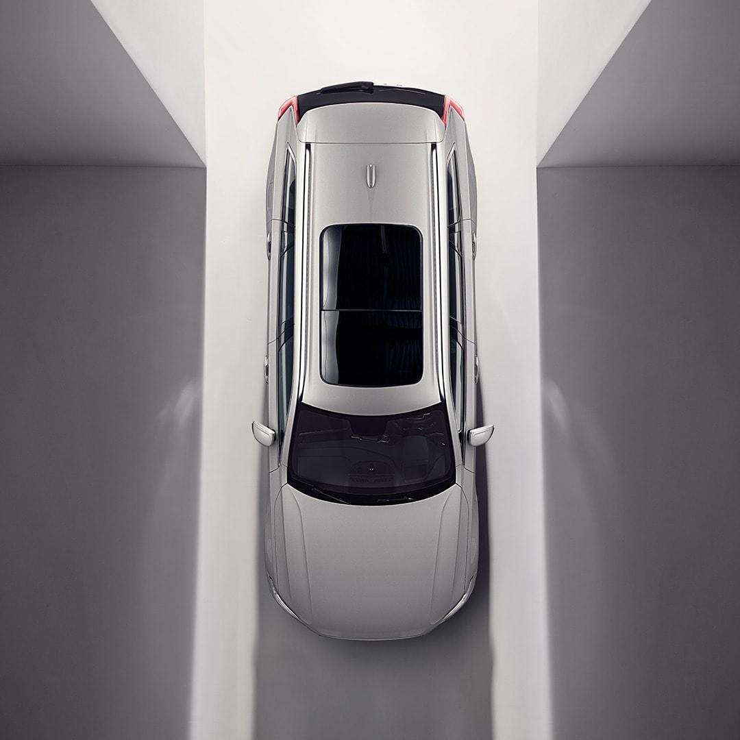 Ein Volvo XC90 von oben mit einem aufklappbaren Panoramadach.