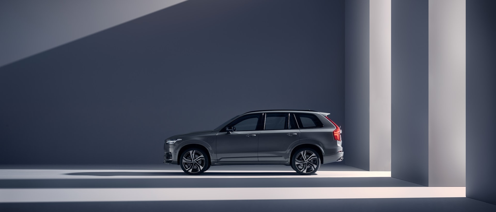 A Volvo XC90 Recharge in a grey surrounding