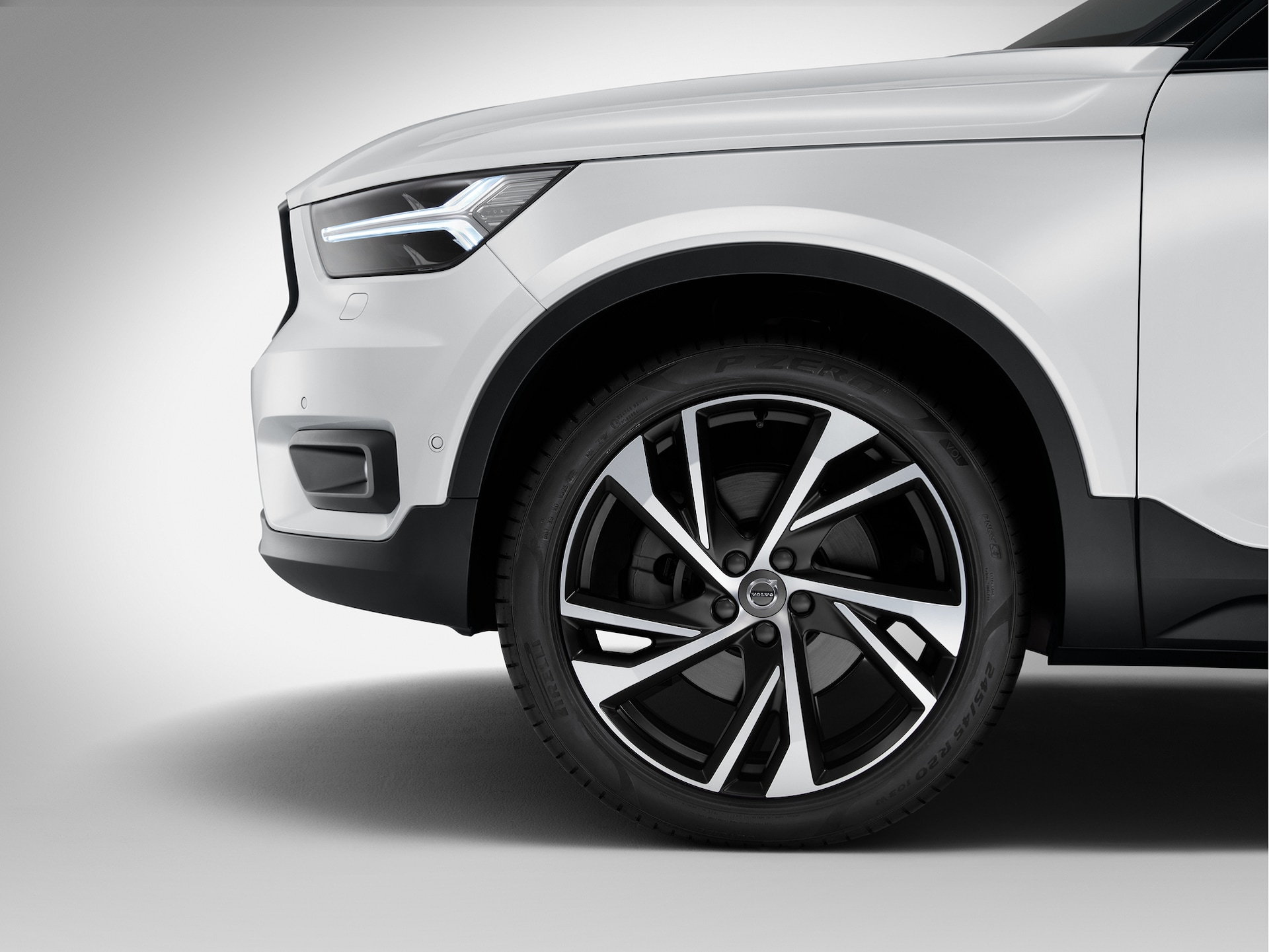 A Volvo XC40 model's wheel from left side view