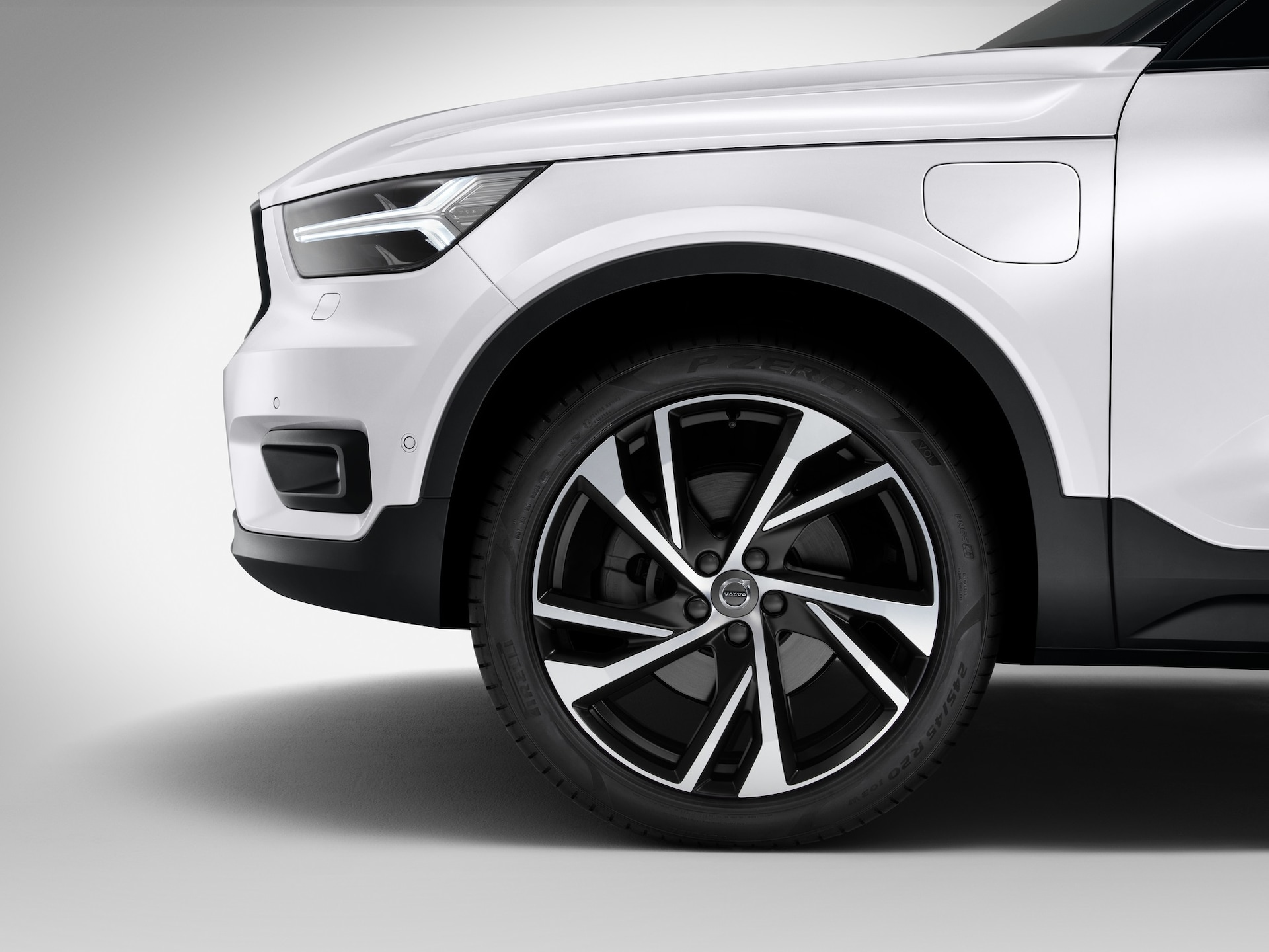 A Volvo XC40 recharge model's wheel from left side view
