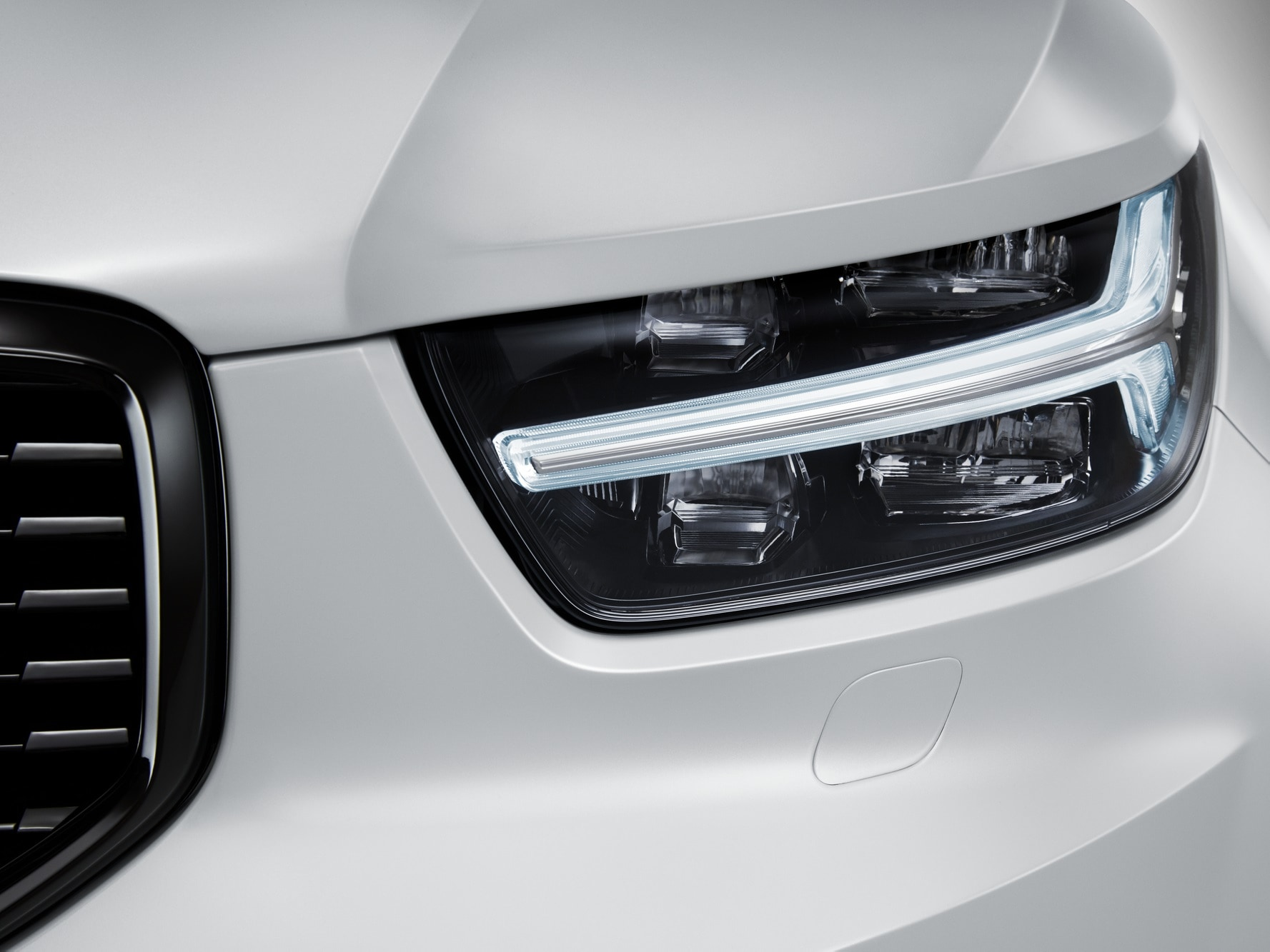 Front view of headlight lamp of Volvo XC40
