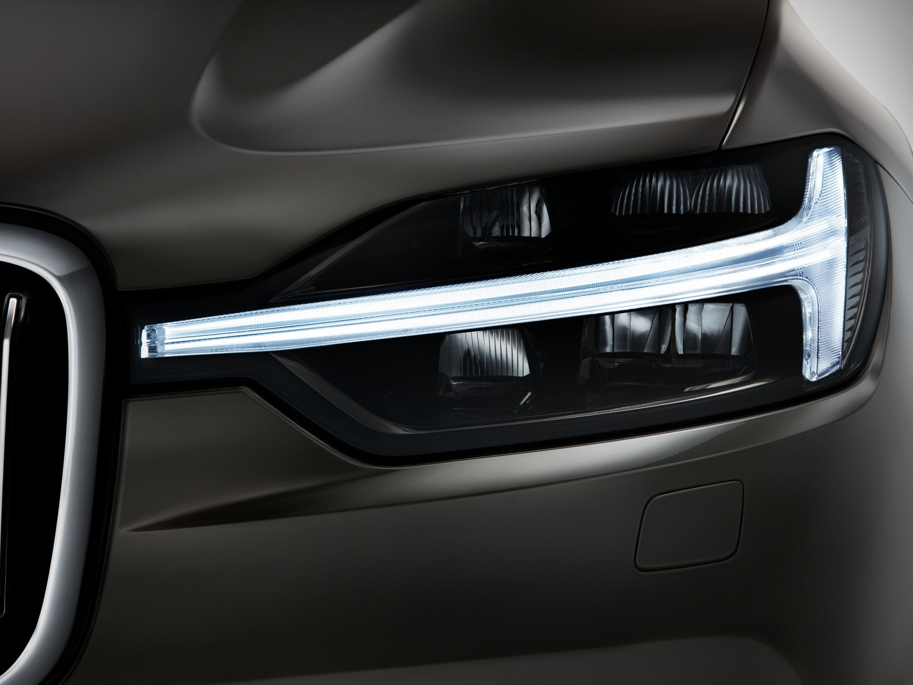 Front view of headlight lamp of Volvo XC60