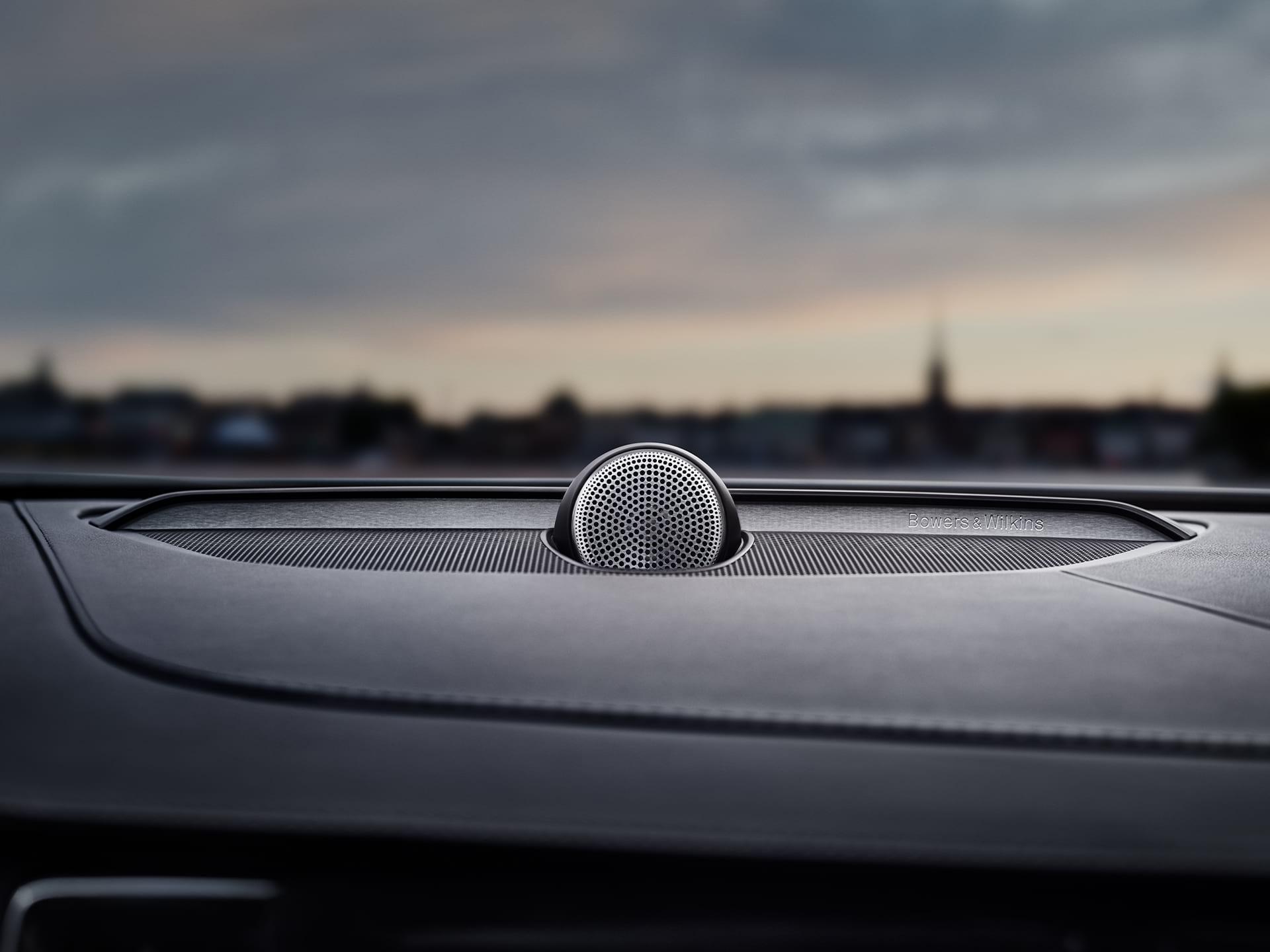Volvo S90 avtomobilinin içərisində Bowers & Wilkins dinamikləri.