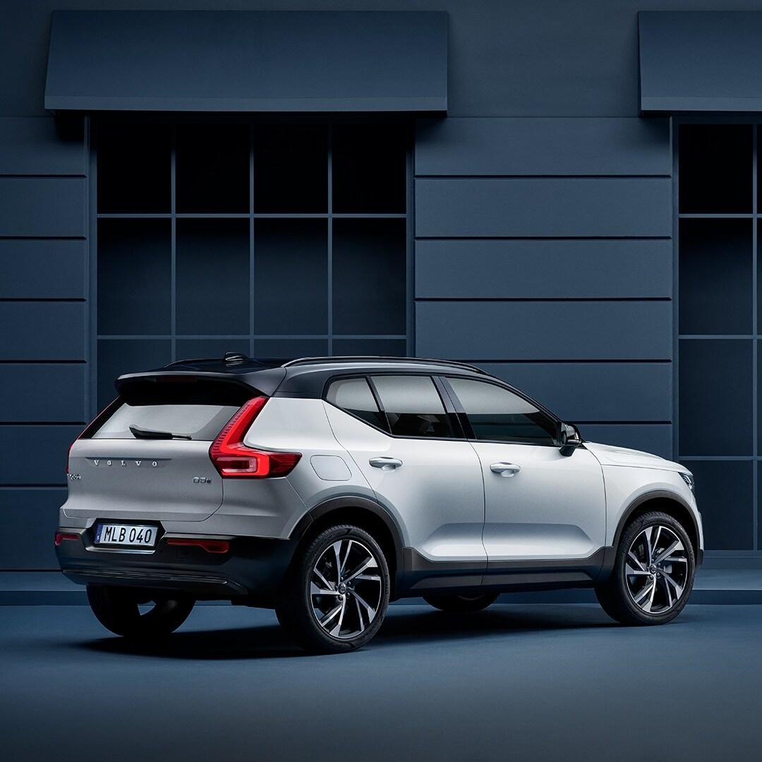 Volvo XC40 göy fasadın yanında park edilib.