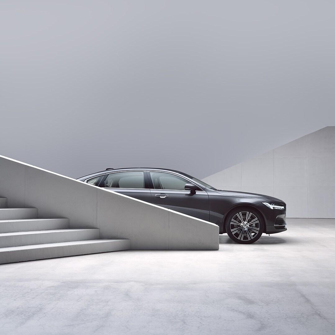 Volvo S90, частично прикрито от стълби.