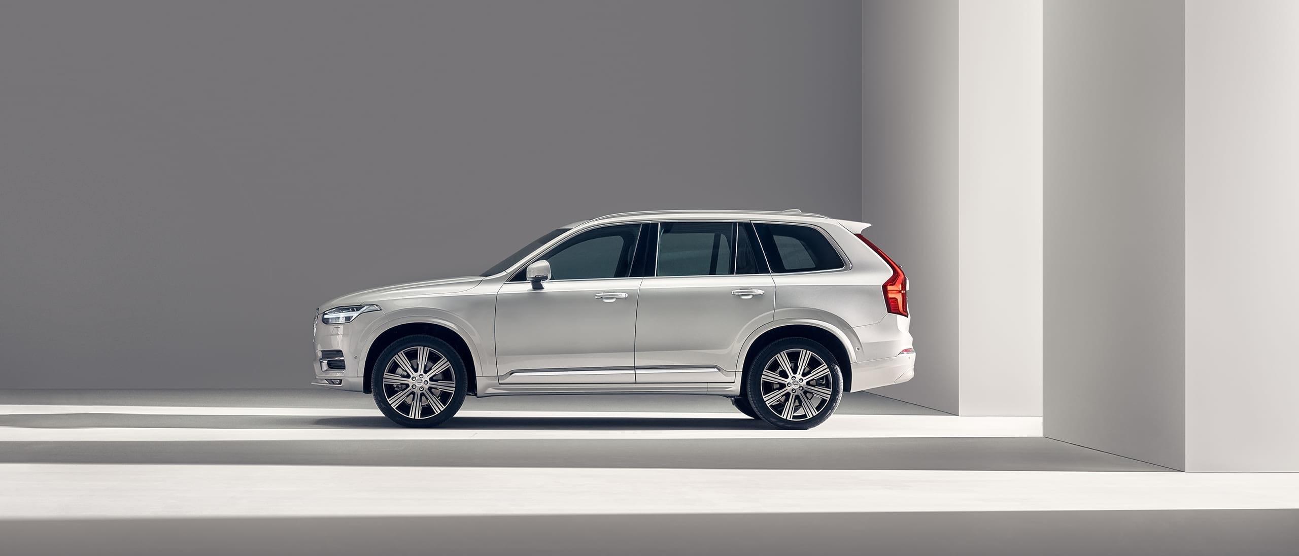 Volvo XC90 стои неподвижно.