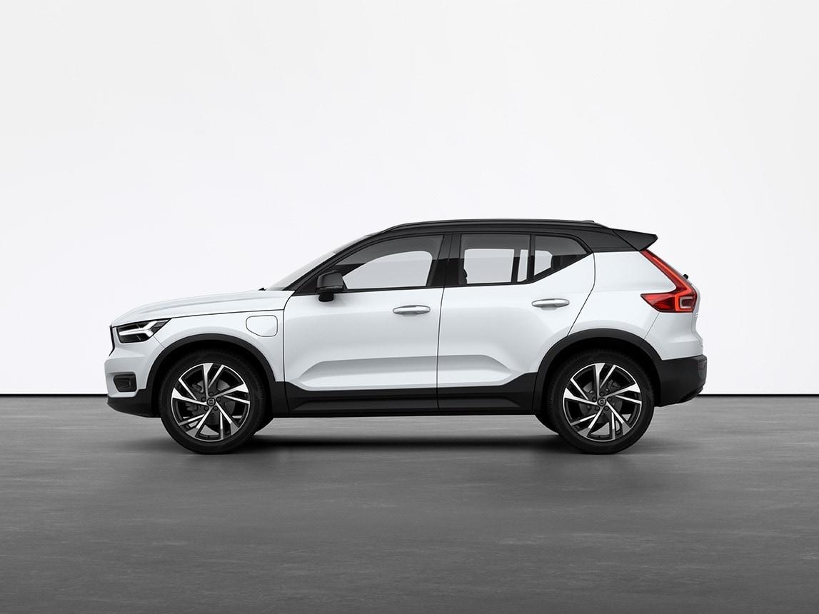 Un SUV híbrido enchufable Volvo XC40 blanco cristal detenido en el suelo gris de un estudio