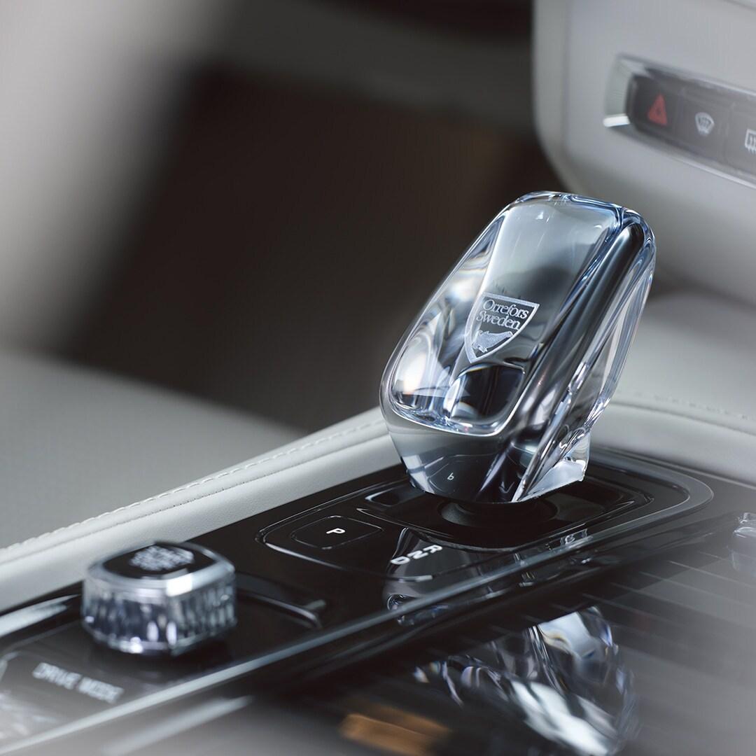 Dentro de un Volvo, una palanca de cambios de cristal de Orrefors llamada Crystal Eye