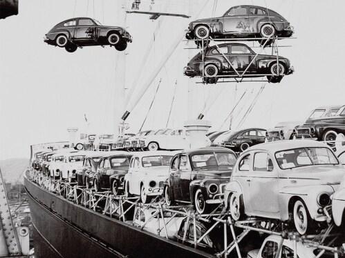多辆PV 444汽车从货船上卸下。