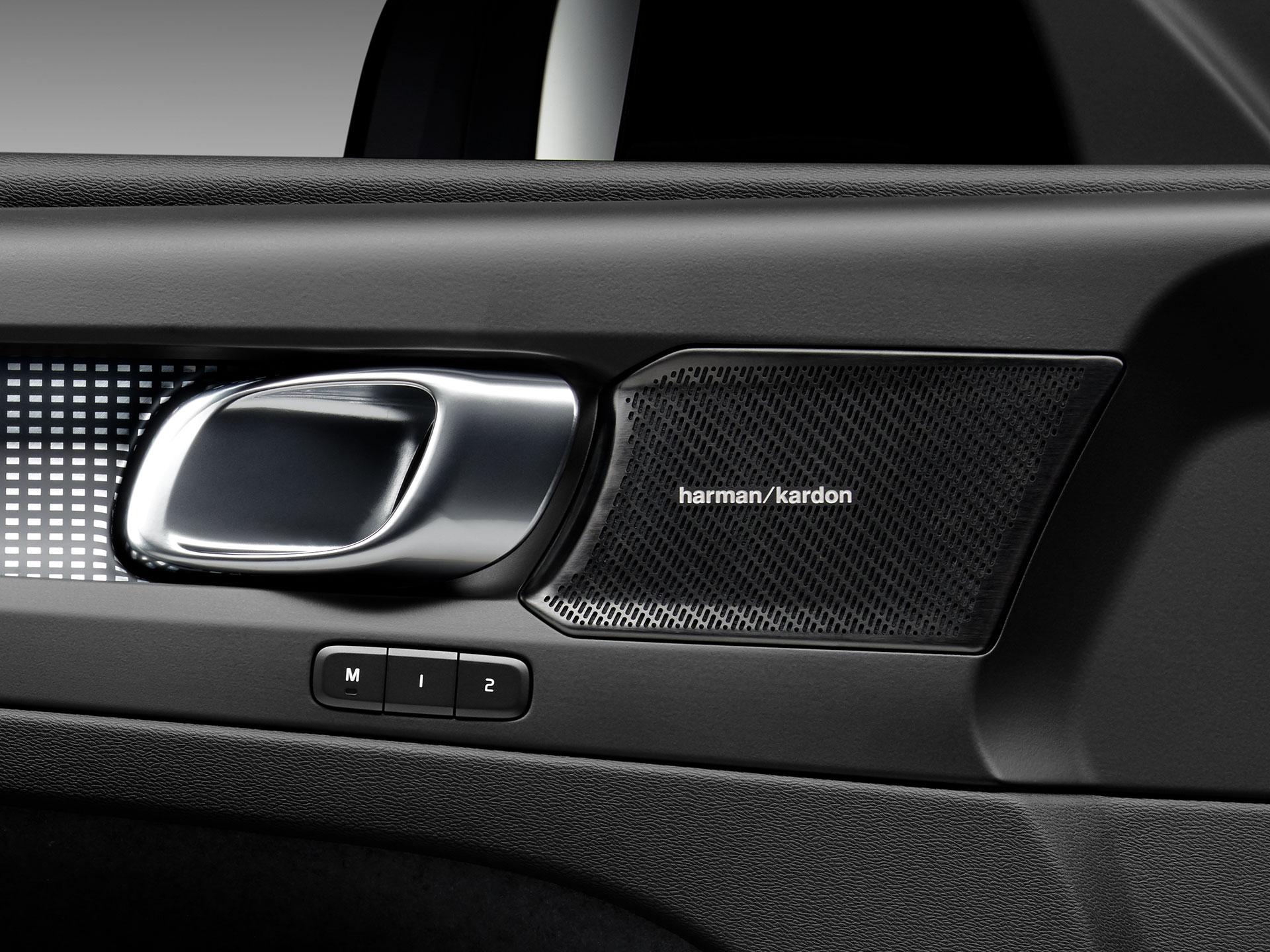 Altavoces Harman Kardon en el interior de un Volvo XC40 Recharge.