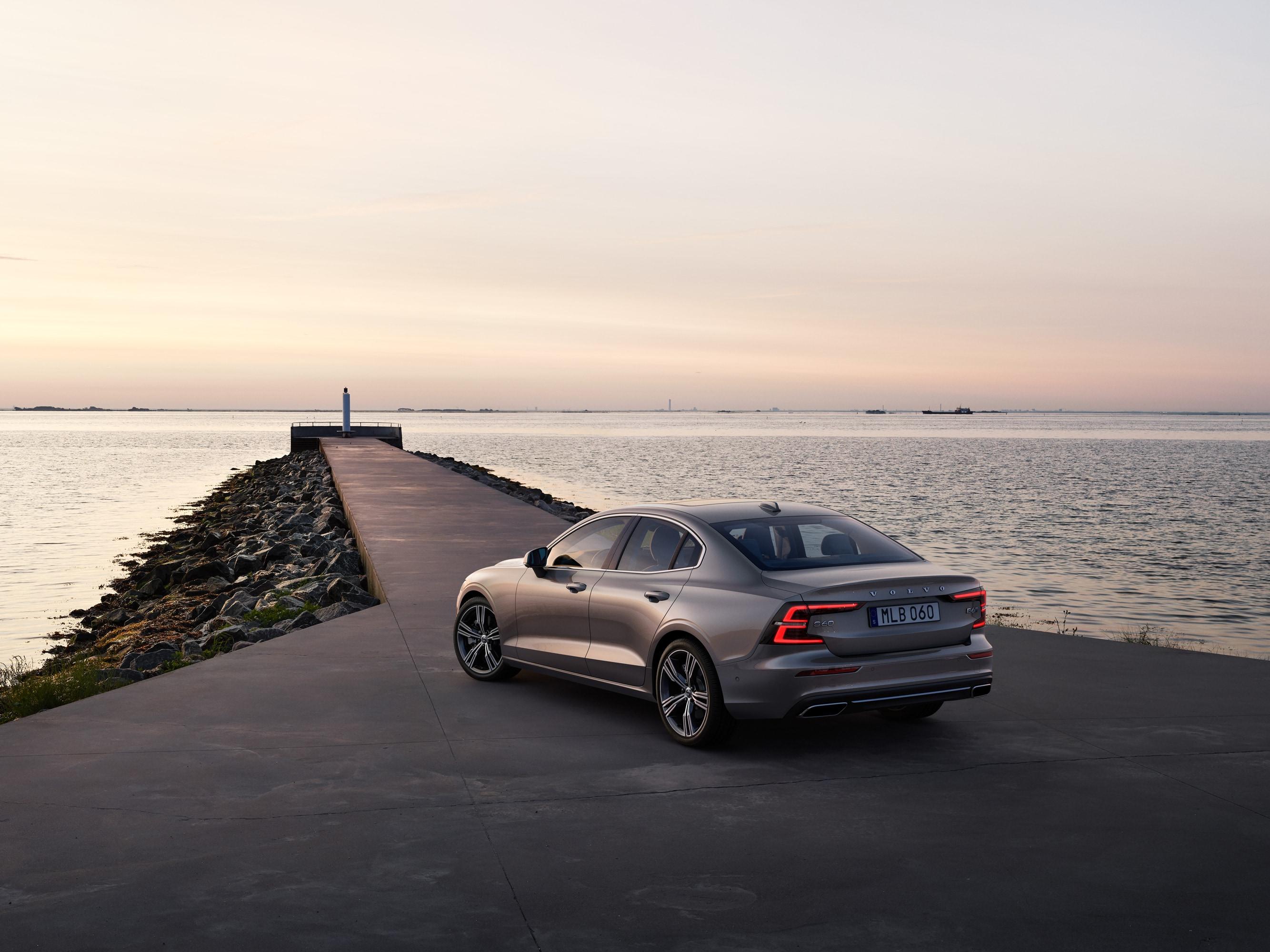 Volvo S60 zaparkované u moře