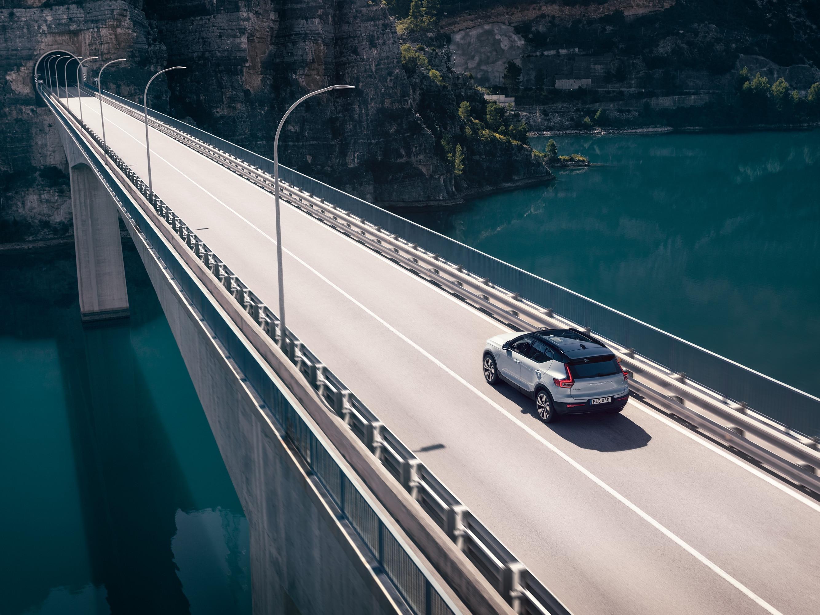 Volvo XC40 jednoucí po mostě