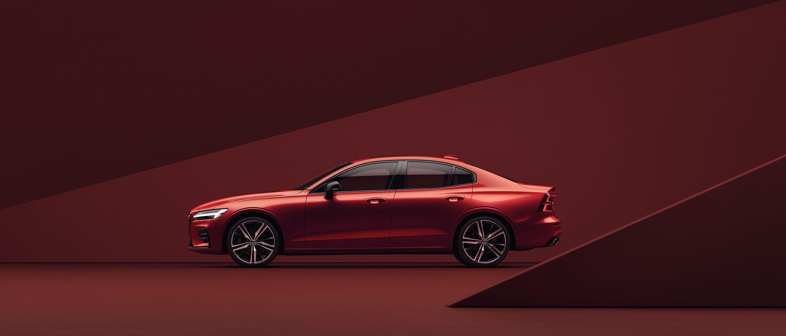 Červené Volvo S60 zaparkované v červeném prostředí.