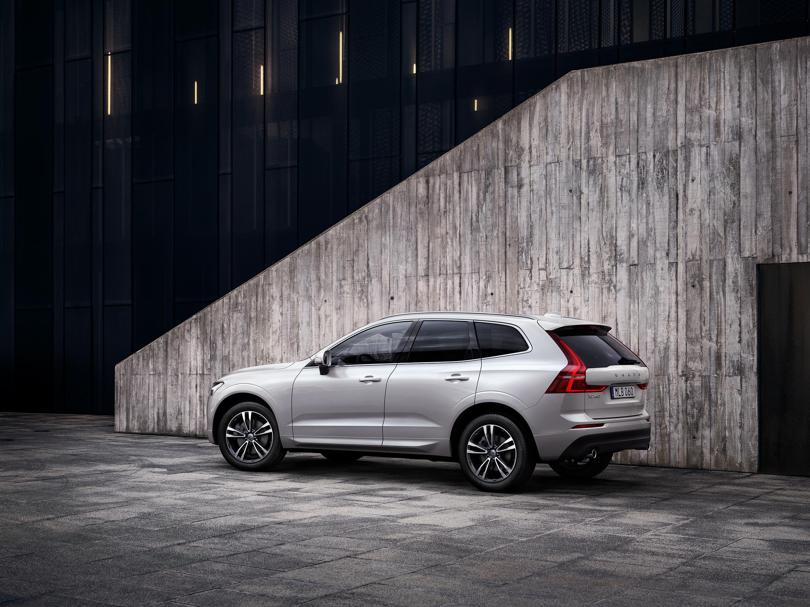 Volvo XC60 vor einer Betonwand