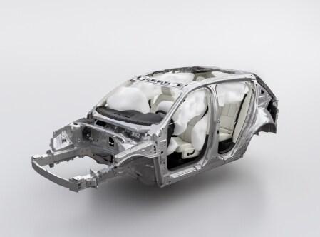 Eine Volvo Karosserie, bei der alle Airbags aufgeblasen sind.