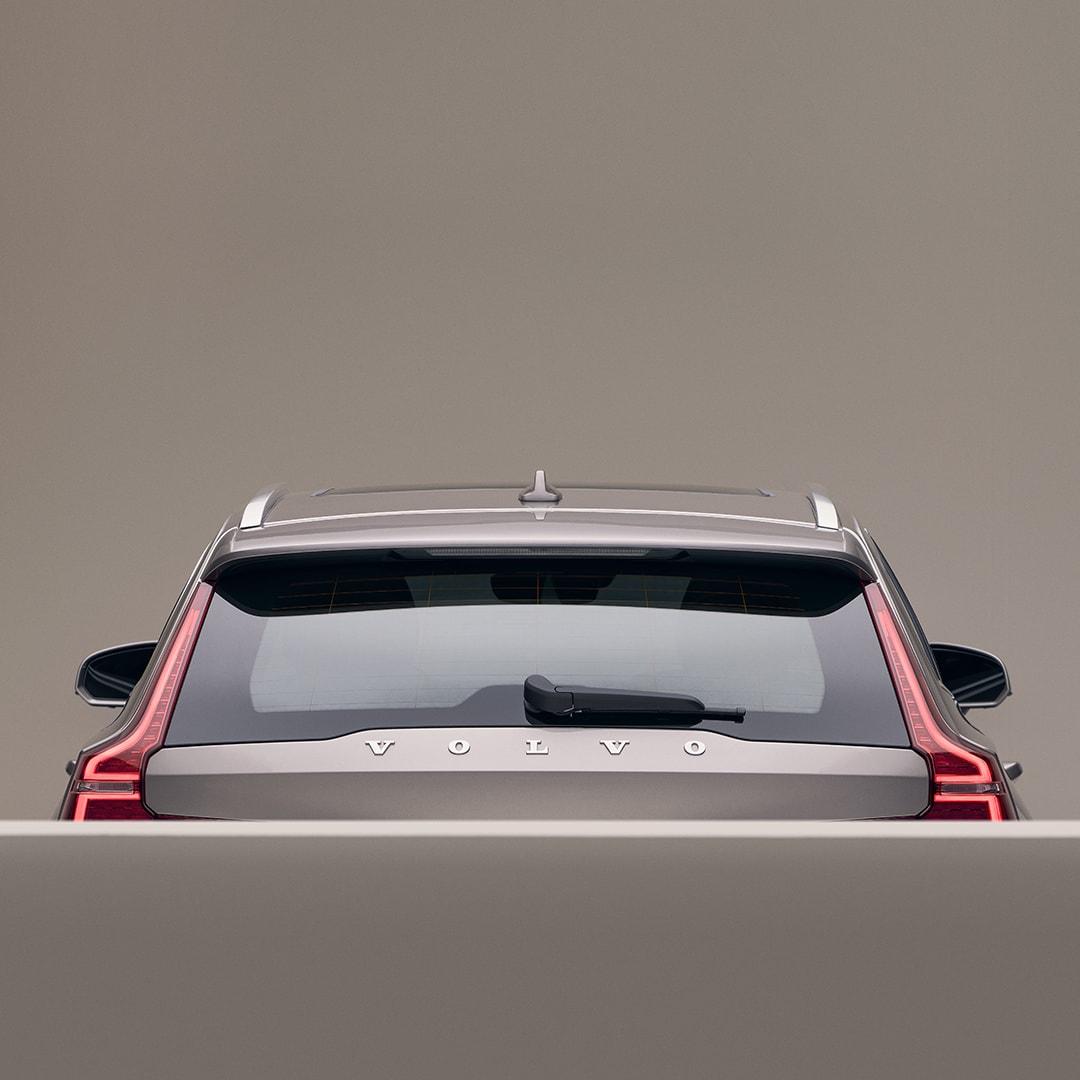 Die hintere Aussenseite eines beigen Volvo V60.